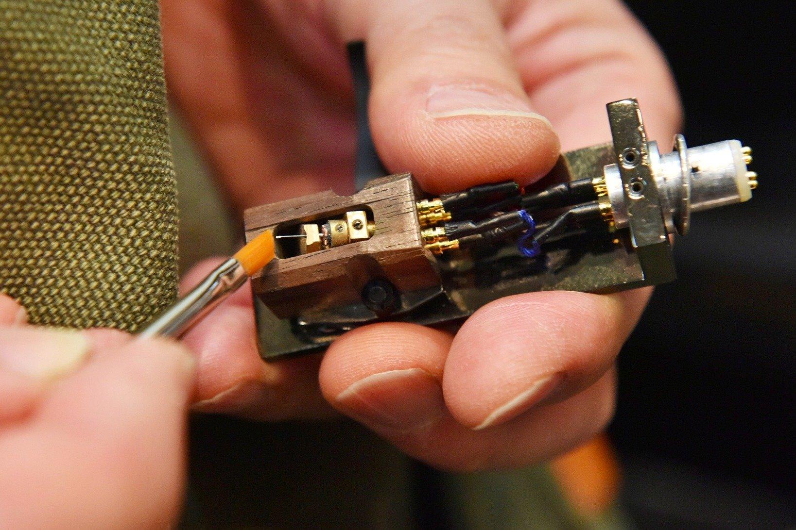 レコード針はとても繊細。優しいタッチでケアをするのがポイント。