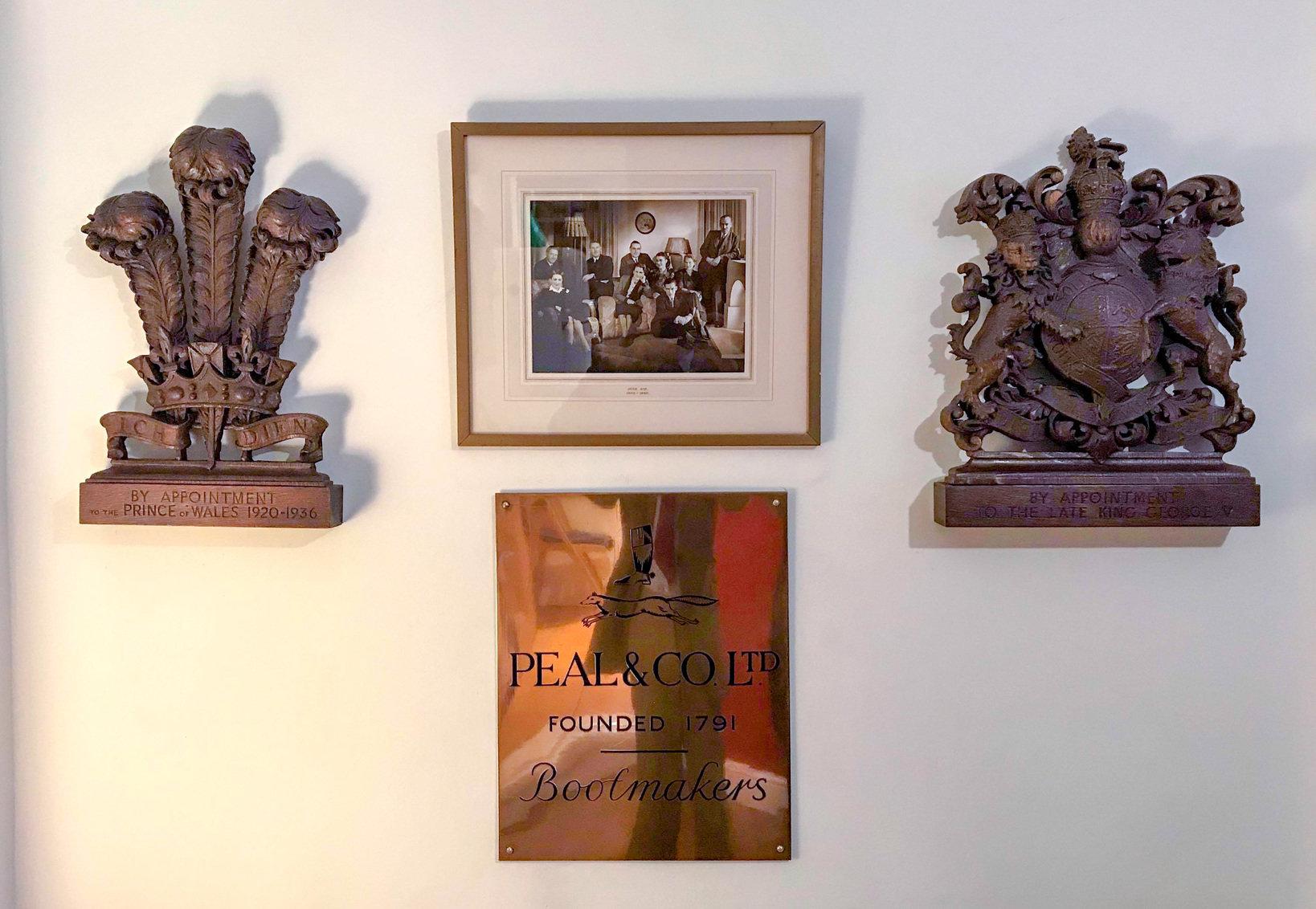 バーナード氏の自宅にて保管されているオリジナルのロイヤルワラントと店舗の看板