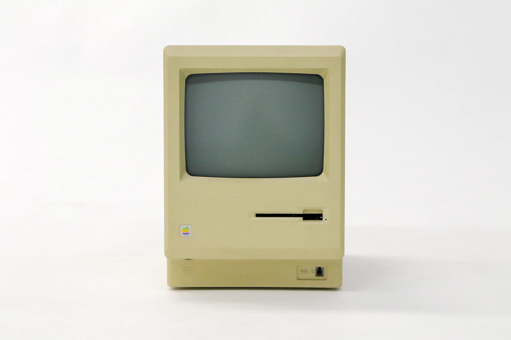 初代Macintoshはポストのような可愛らしいデザイン