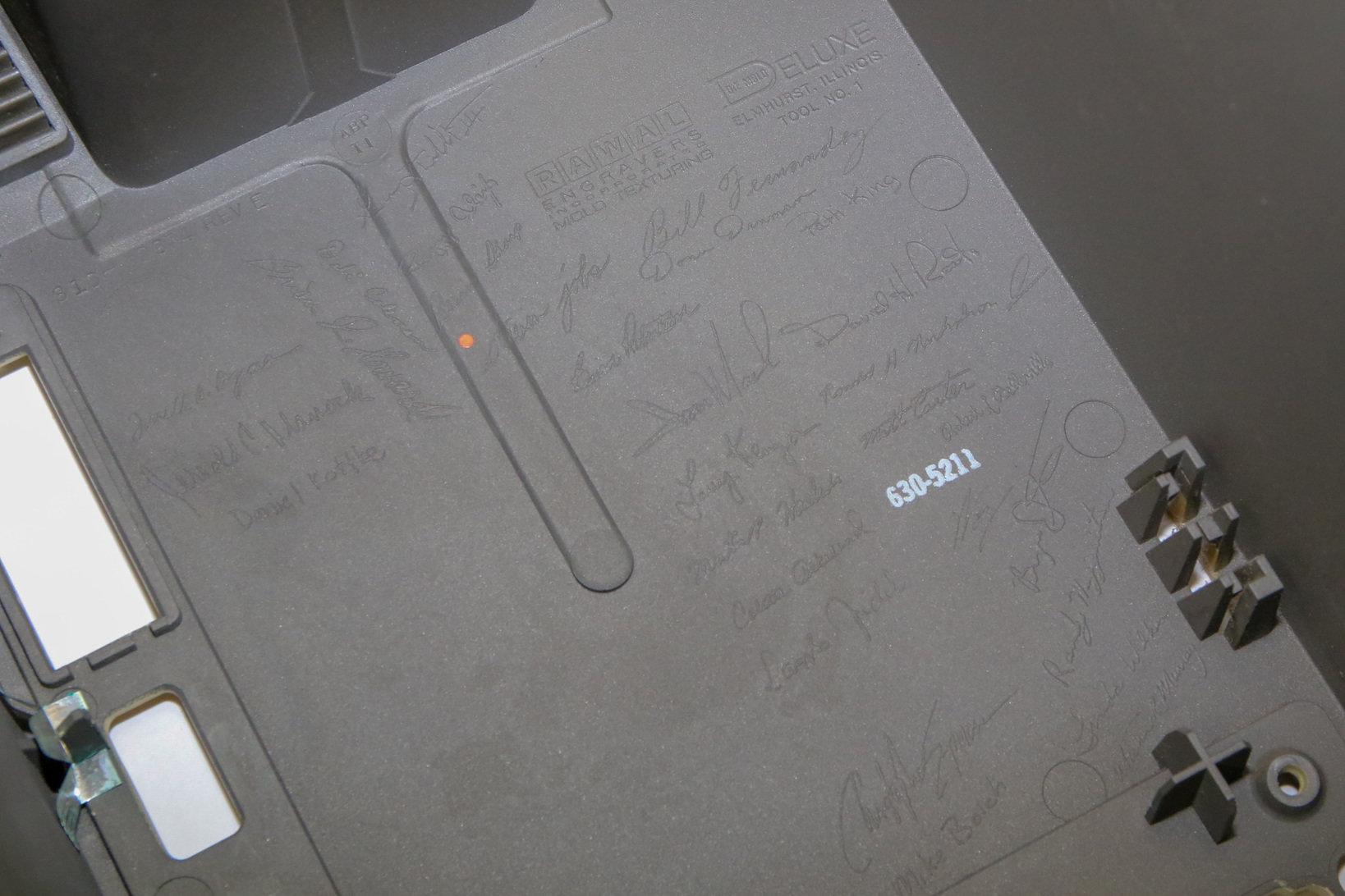 内部には開発者のサインが金型で刻まれている