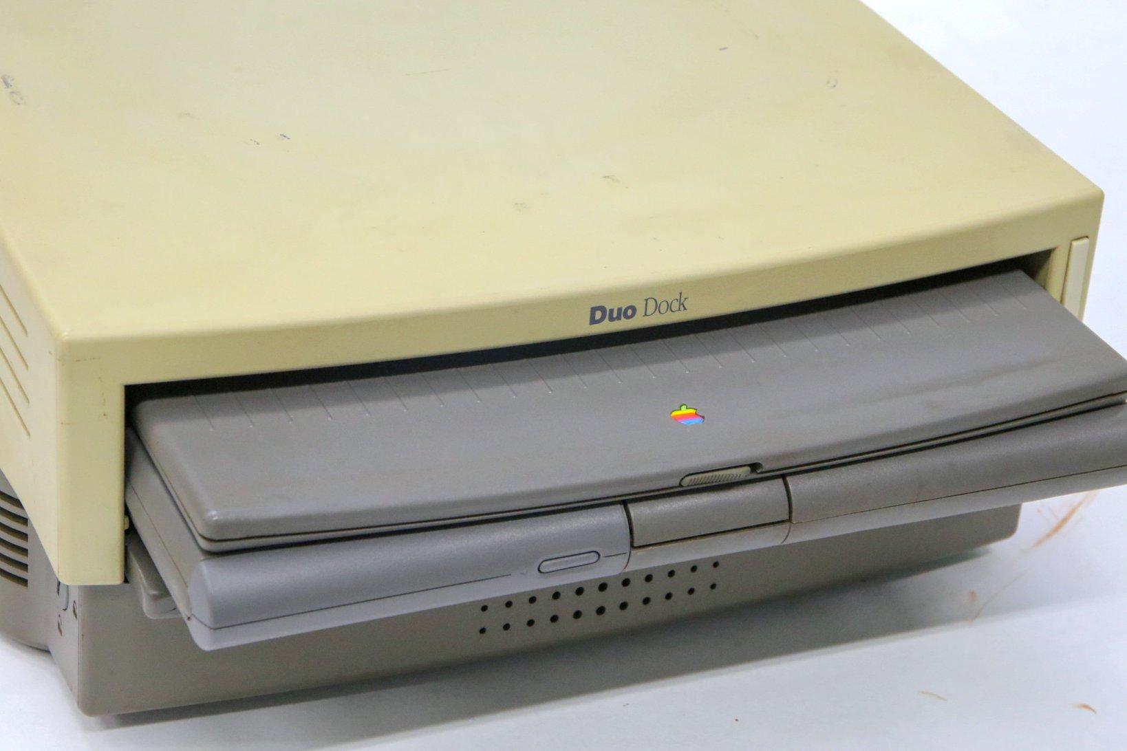 グレーの筐体のコンピュータがPowerbook Duo230。
