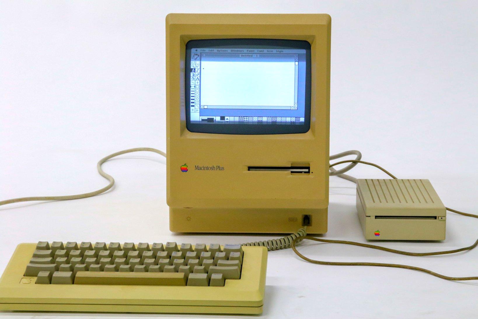 デザイン的には初代Macintoshのマイナーチェンジ版といえるMacintosh Plus(写真では、初代Macのコンパクトなキーボードと、Plusの後の世代の外付けフロッピーディスクドライブが組み合わされている)