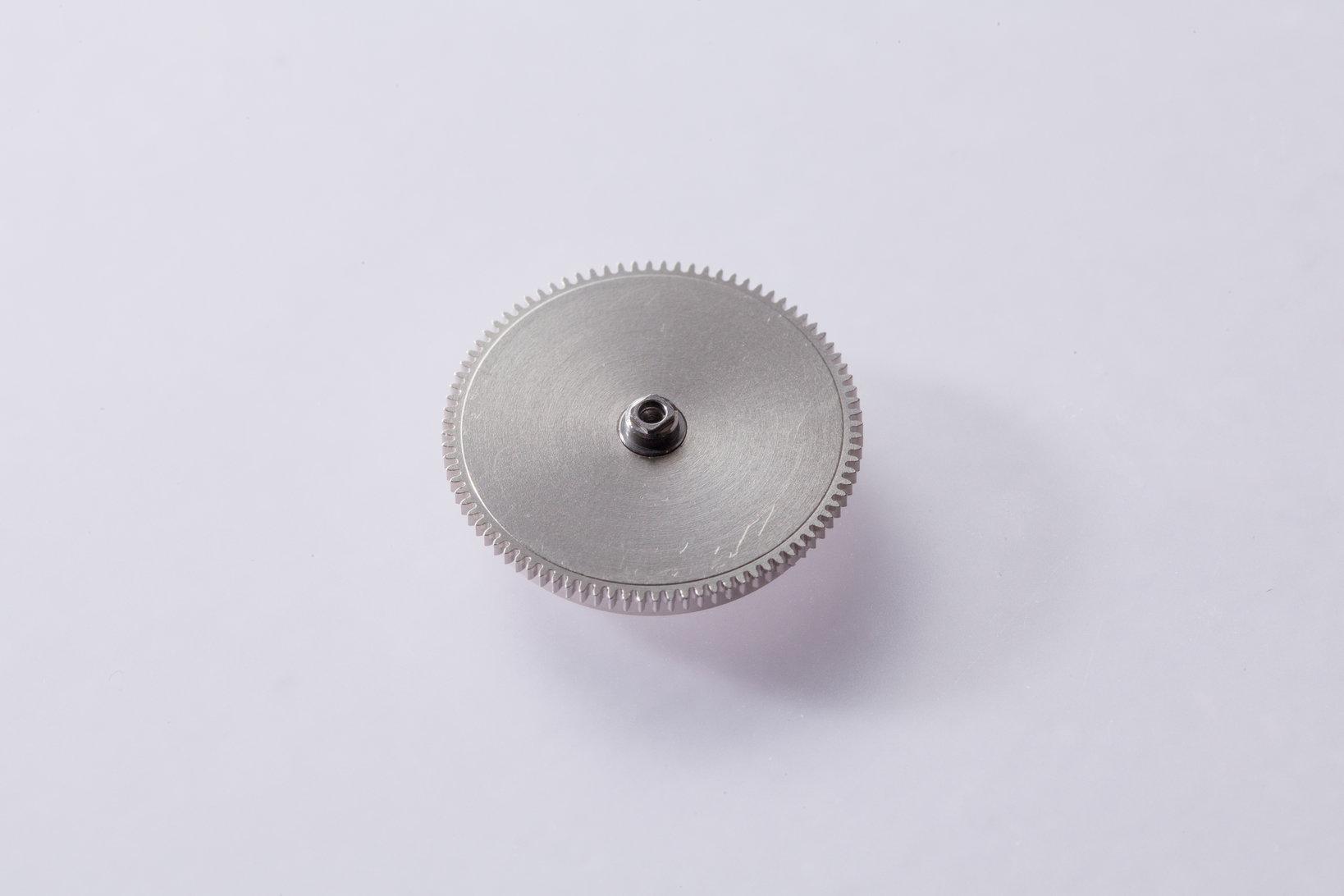機械式時計の動力源となるゼンマイが入っている香箱。リューズや自動巻のローターによって中のゼンマイが巻きあげられることで時計が動く。