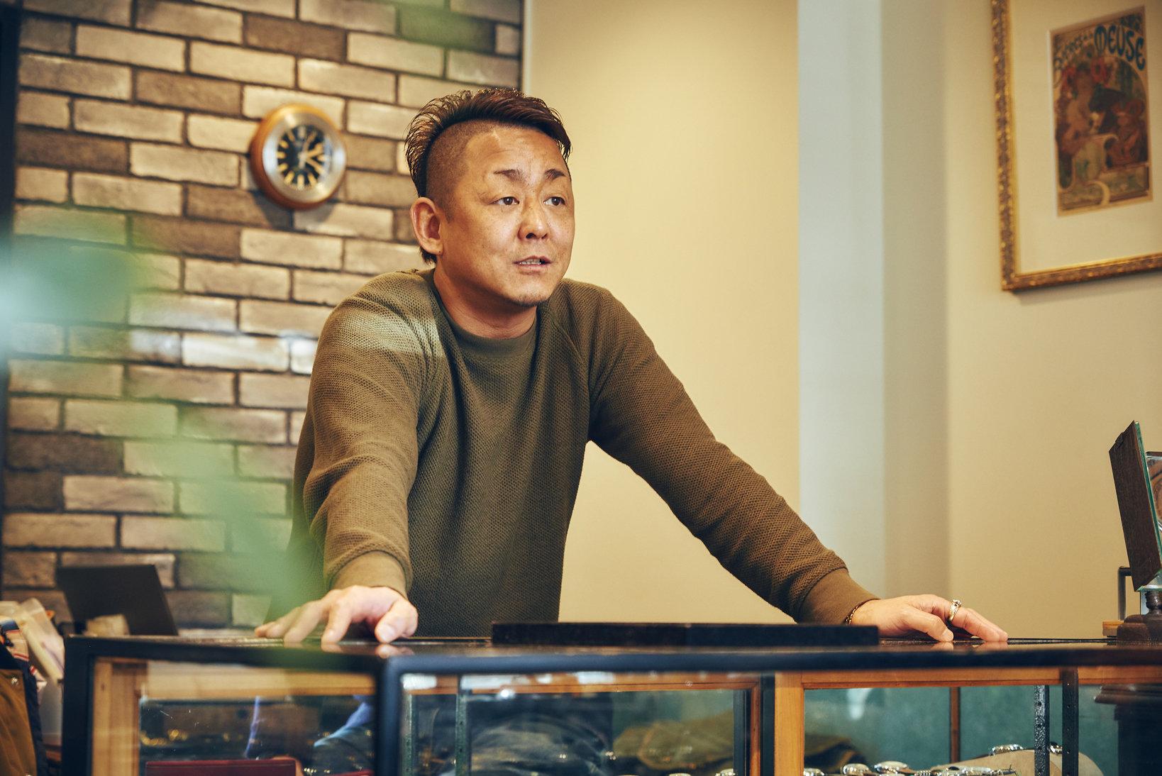 店長の前田さん。取材当日、キャリバーARを搭載したケース径27ミリのボーイズサイズのバブルバックを身につけていた。