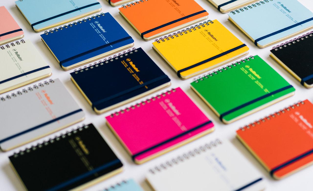 """サイズはM(横111×縦138×厚み15㎜、120P、¥350+税)とL(横143×縦182×厚み15㎜、140P、430円+税)の2種類からスタートし、現在はミニやスリムサイズ、タテ型のメモも発売されている。中のページはすべて共通で、クリーム色の用紙に5㎜方眼、ミシン目、透明ポケットが5枚ついている。(写真:<a href=""""http://www.delfonics.com/top.html"""">デルフォニックス</a>)"""