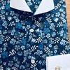 ブルーの花柄のクレリックシャツ