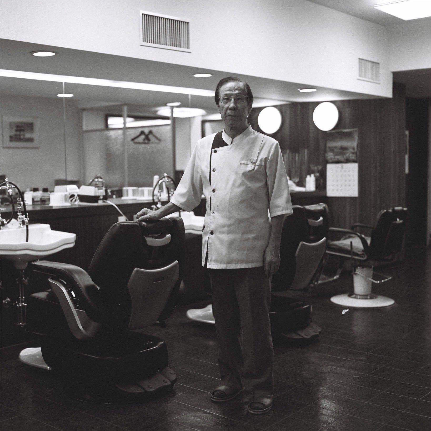 理容師として老舗や超一流ホテルの理容室で修行を積み、政財界や著名人の髪を整え続けて六十有余年。いまでも現役で腕を振るう斉藤征男マスター。『HASSELBLAD 500C』で撮ると人の歴史まで写り込むようだ。