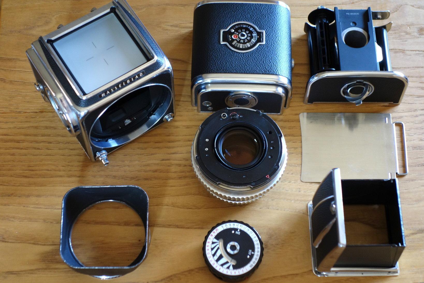 『HASSELBLAD 500C』はボディ、レンズ、マガジン、フォーカシングフード、露出計内蔵の巻き上げノブなどによって構成される。それぞれがカムや歯車で完璧に連動してシャッターが切れる。電気は一切入っていない機械式カメラの頂点といっていい。