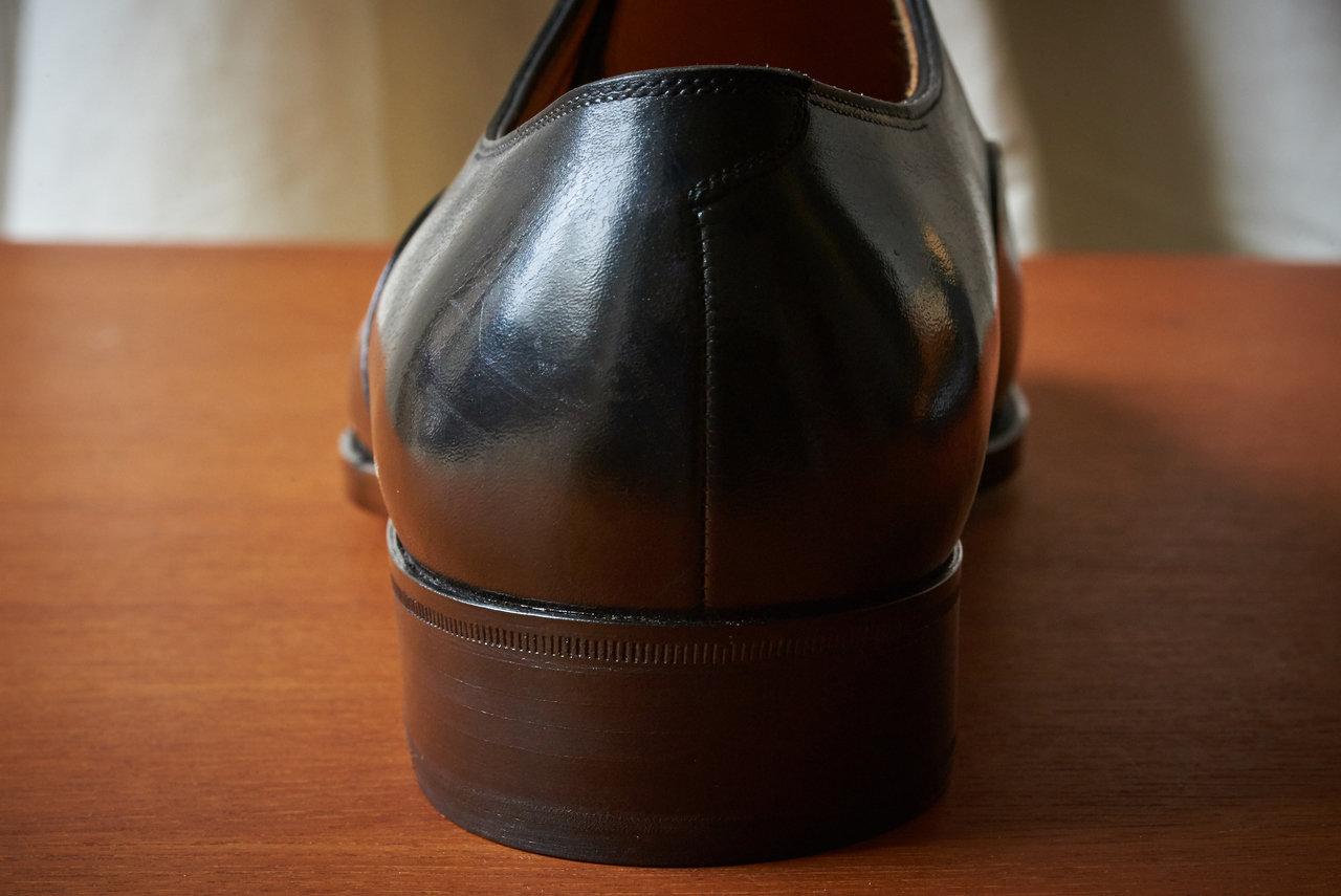 かかとのコンパクトな造形も、履き心地の良さを保証する。