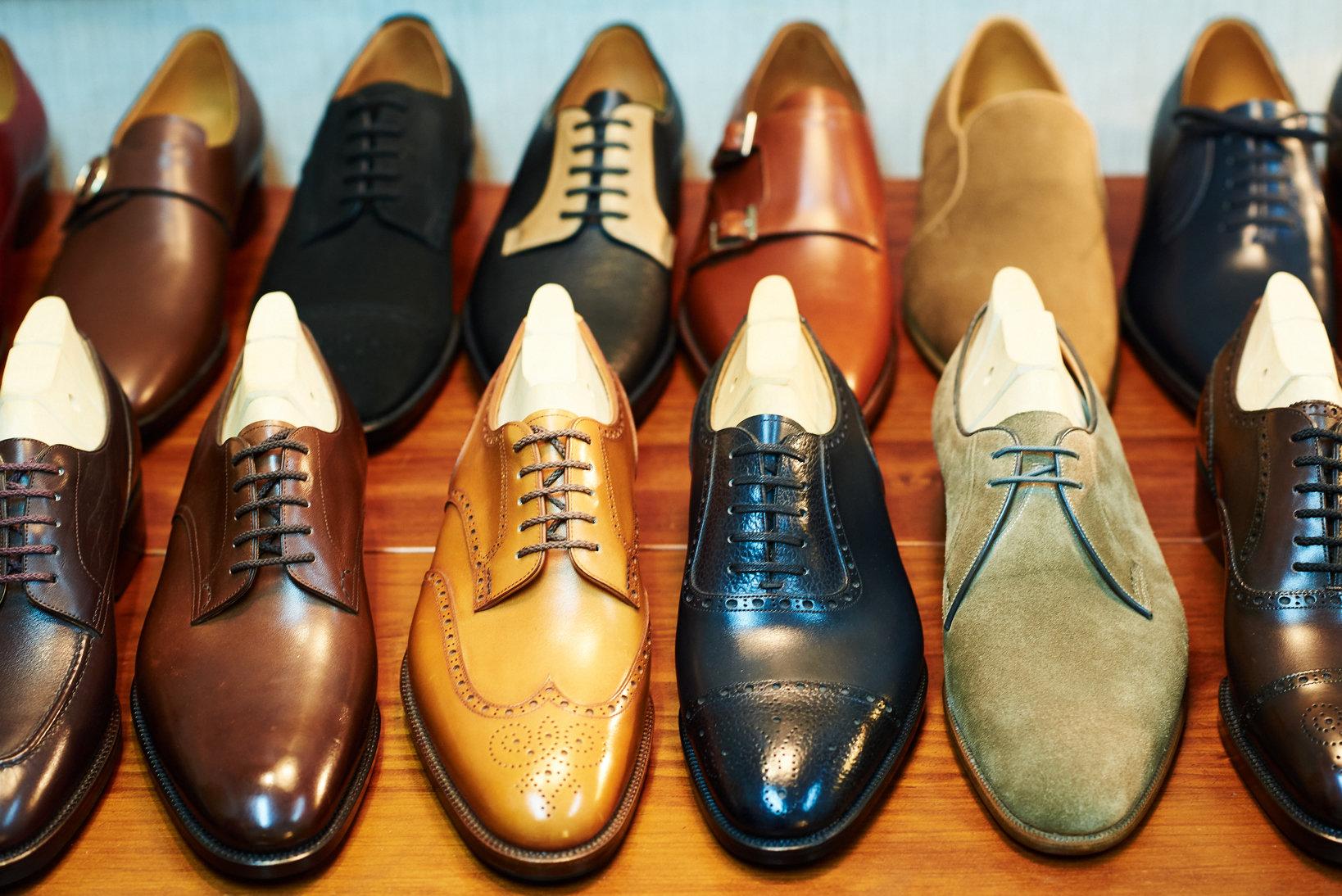 小笠原シューズの自社ブランド・συναντωの靴たち。スタイルは専らトラディショナルど真ん中だ。