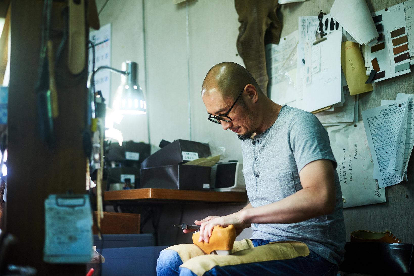社長になった今でも、根岸氏は企画や素材の調達だけでなく、もちろん靴の製造にも従来通り日頃から取り組んでいる。