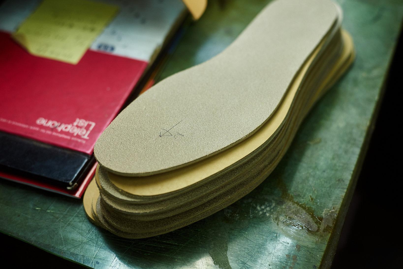 用いる素材の吟味にも手抜かりはない。アッパーに比べてないがしろにされがちな底材も、靴の性質に合わせて最適なものが選択される。