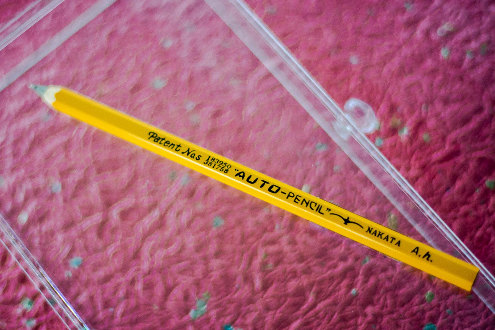 世界最初の木軸ボールペン。当時の社名のスペルは「AUTO」。1981年に「OHTO」に変更された。