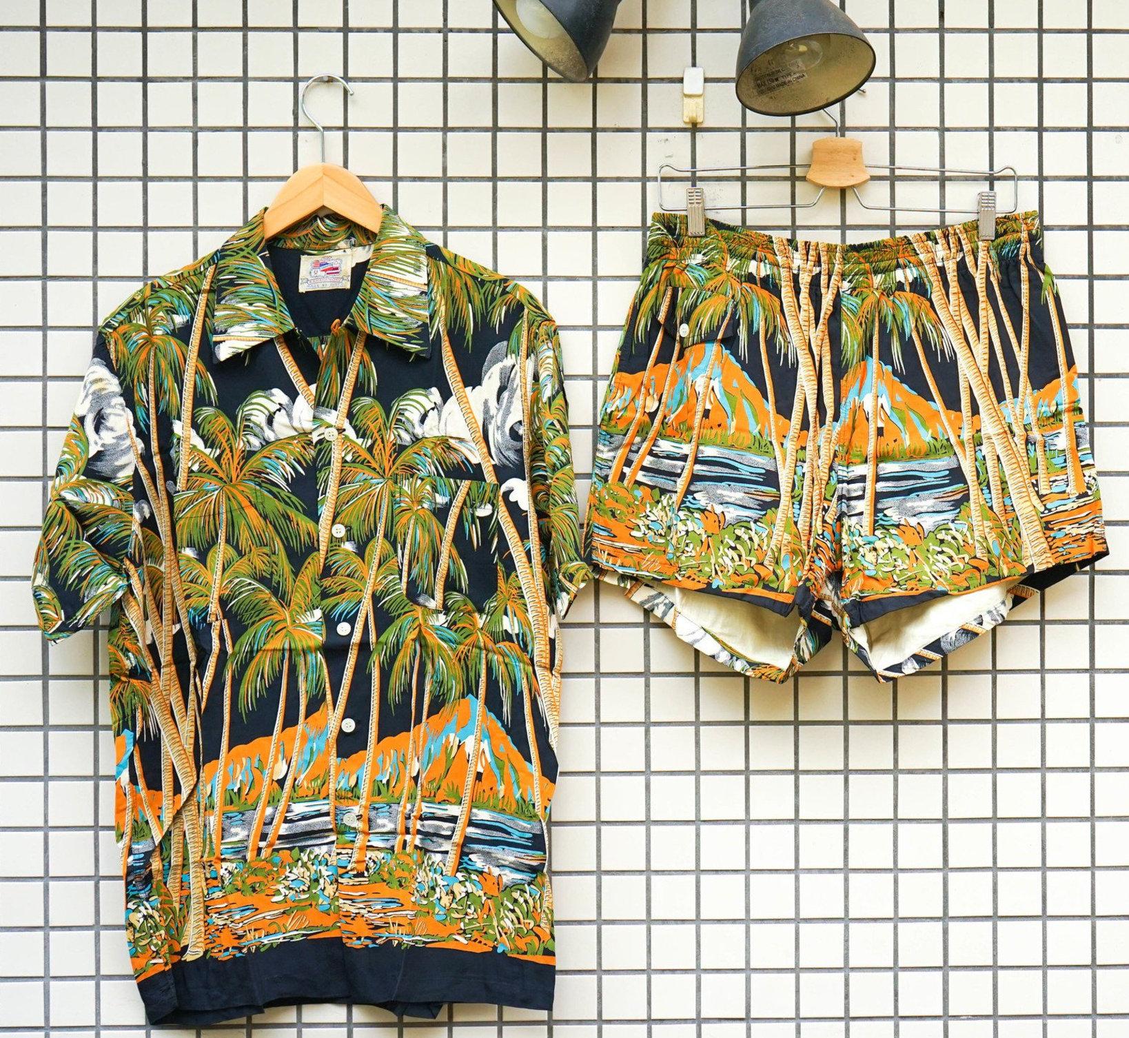 デューク・カハナモクがプロデュースしたアロハシャツ。今でこそアロハシャツは単体で販売されているが、昔は海パンとセットで販売されていた。レーヨンが使用されており。地面と接触するパンツは破れやすいので、ヴィンテージとなると海パンが見つかることは稀。また、このシャツはベースの色が黒なのもポイント。日本同様、ハワイでも正装が求められる場面では黒を着用する。ハワイアンシャツはラフな場で着るものなので、黒はあまり製造されていない。(参考品)
