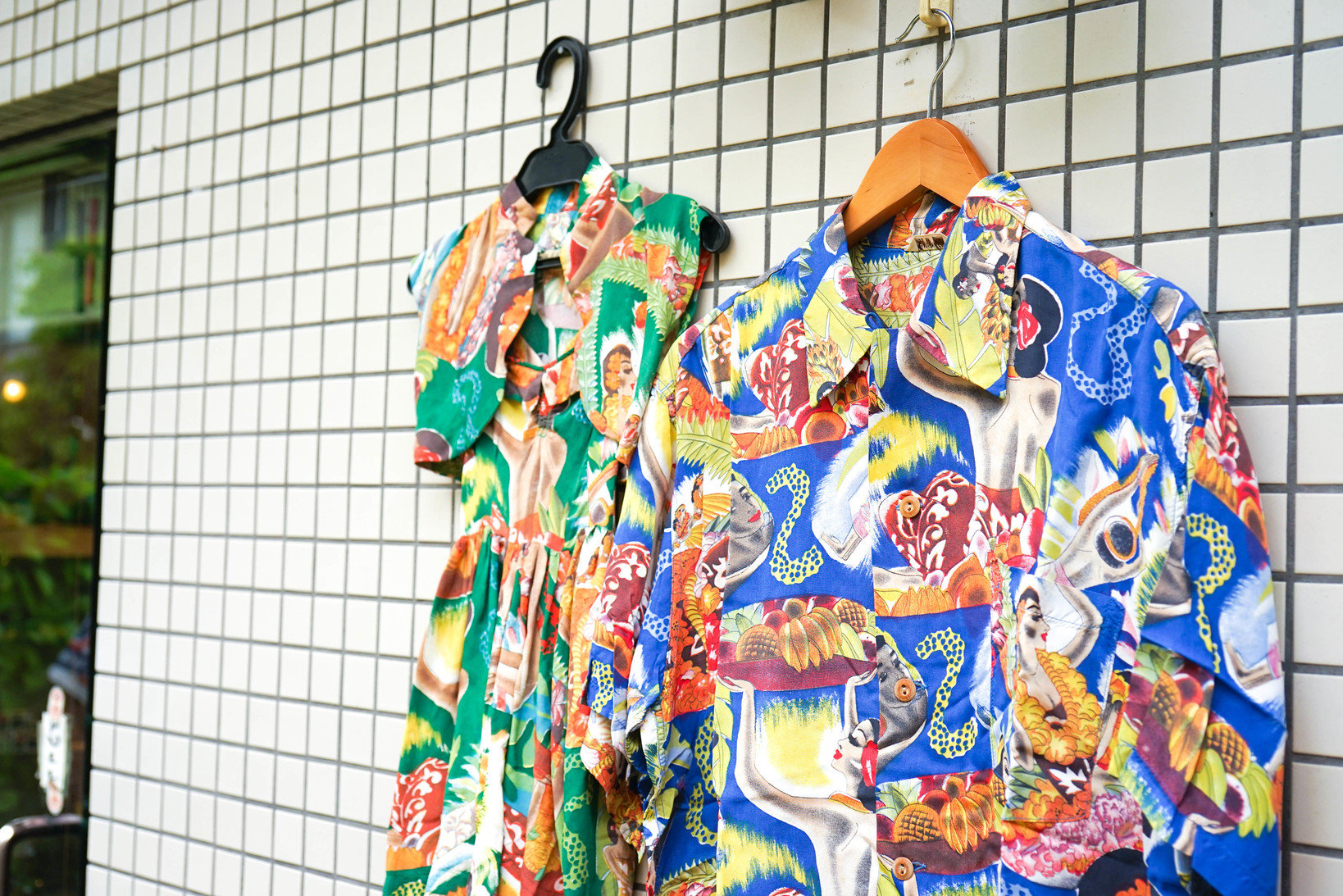 1930年代を代表するアーティスト「フランク・マッキントッシュ」がデザインしたメニュー柄をボディに使用したアロハシャツ。大人と子供用のアロハシャツがセットになっていることは今ではほとんどない。(参考品)