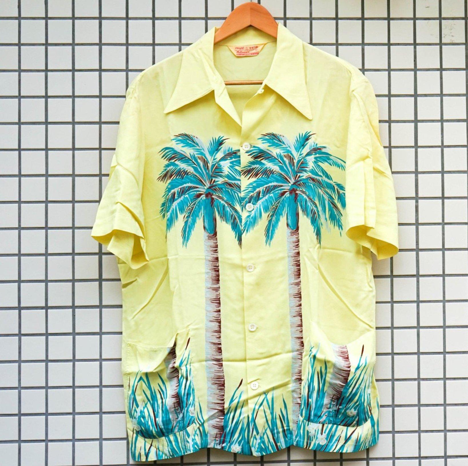 ヤシの木がモチーフになった、ホリゾンタル・パターンのアロハシャツ。ポイントはポケット。裾にポケットがあると、セットアップで販売されていた可能性が高いそう。なぜならば、普通のシャツより裾が長いので、シャツ一枚で着るということはあまりなかった。パターンは、上から下まで柄が入っているホリゾンタル柄。(参考品)