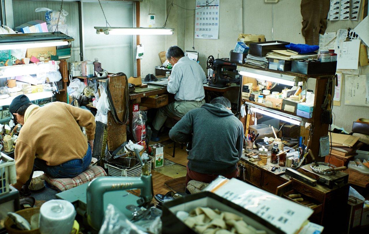 いかにも昔ながらの工房と言った雑然とした雰囲気とは対照的に、一人一人の職人の集中力が並大抵でなく、神聖ささえ感じる。