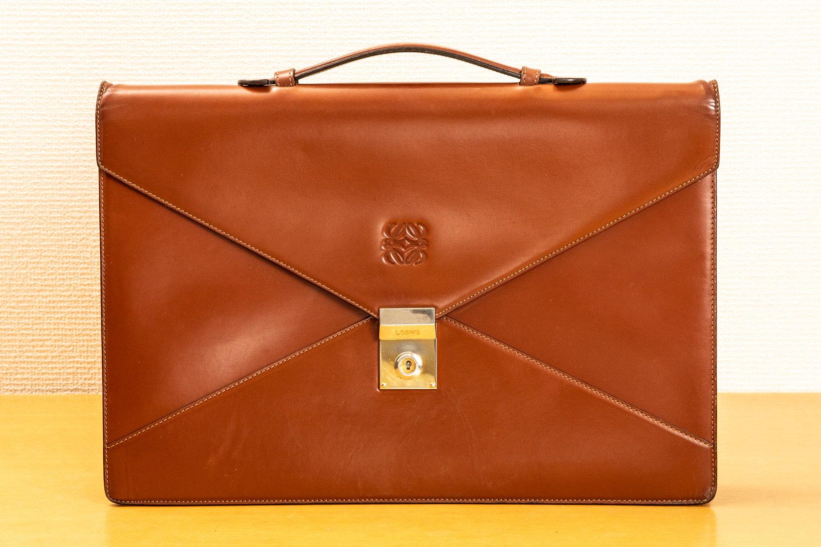 ロエベのブリーフケース。「定期入れとか、名刺入れはずっとロエベを使っていました。鞄も昔からほしかったんです」と倉野さん。