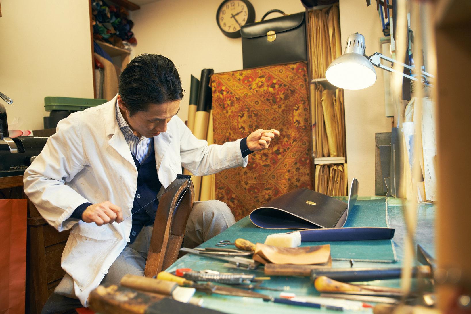 OLTUSの鞄は全て手縫いで作られている。手縫いと言っても小松さんの手縫いのステッチはとにかく細かく、乱れることがない。まさに精緻をきわめている。(撮影:佐々木孝憲)