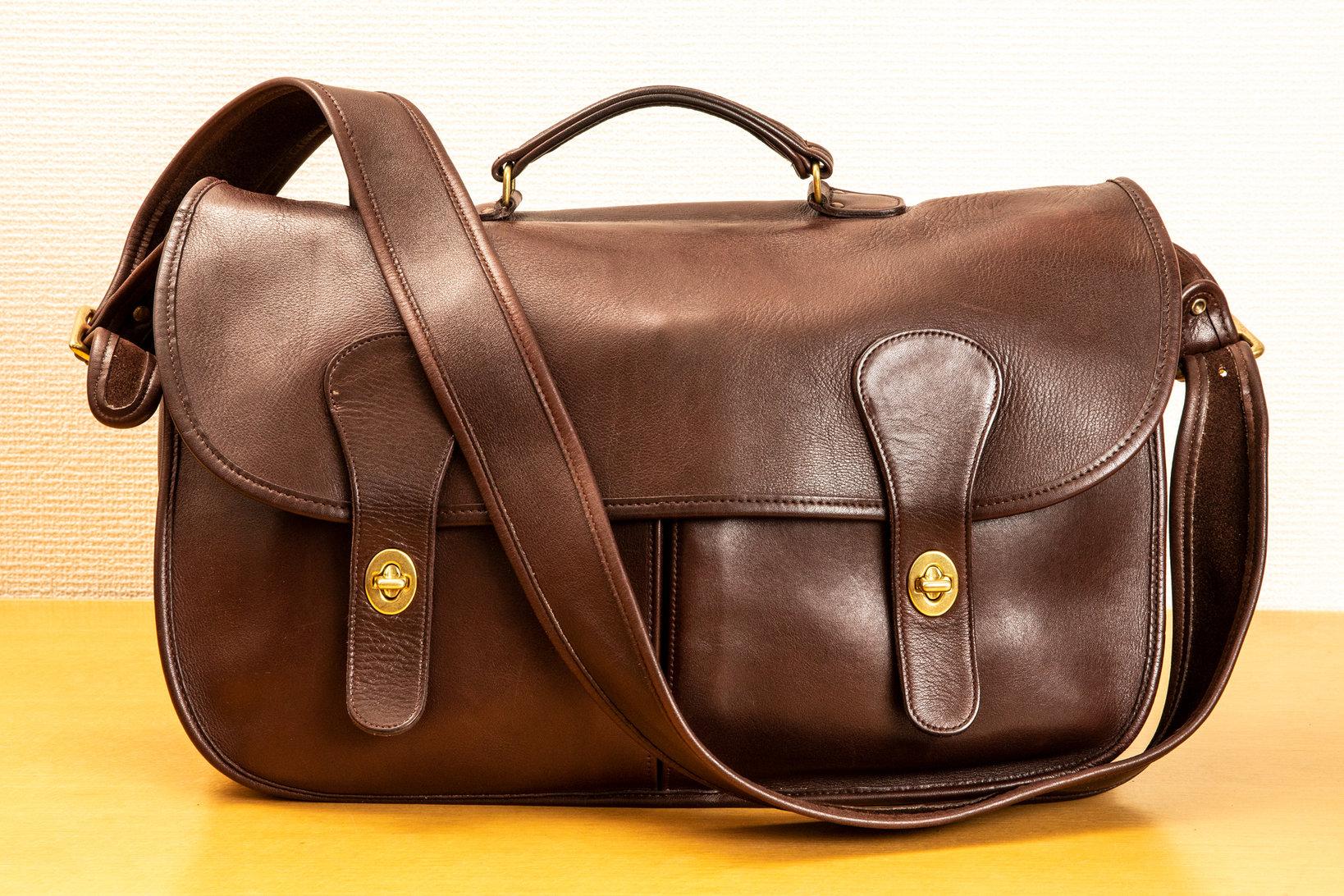 コーチの鞄。「就職祝いに購入したもので、黒と茶色をまとめて購入しました」と飯野さん。