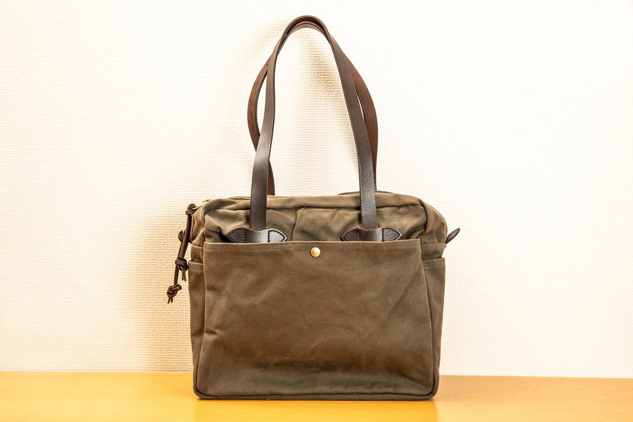 秋冬に使用しているという、フィルソンの鞄。持ち手は堅牢なオイルドレザーで、重いものを入れてもヘタレない。