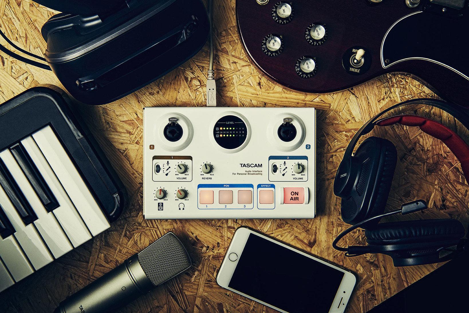 かんたん操作で各種ネット配信サービスを使った音声演出を楽しめる家庭用放送機器。 モード切り替えで配信/制作用途の双方に対応、マイク2本の同時使用が可能なモデル。