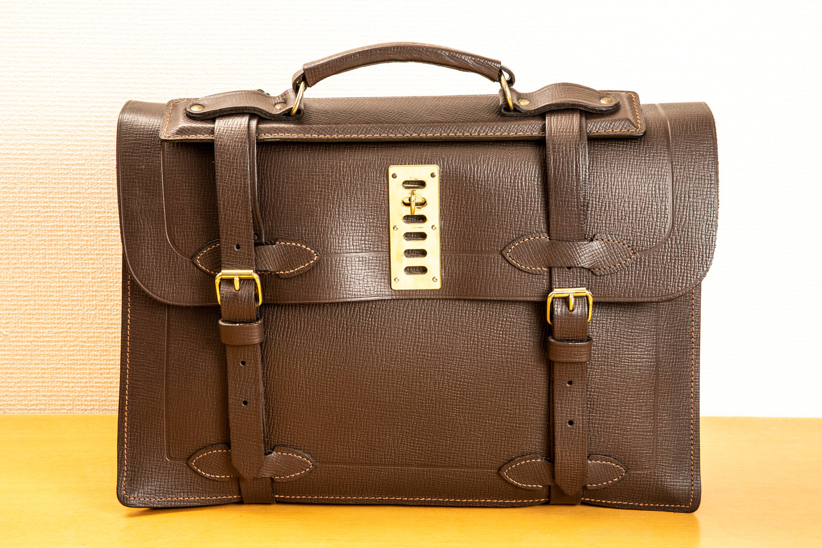 飯野さん所有のレザースペシャルティというブランドの鞄。空軍の輸送機の航空士が使っていた。山口幸一さんがデザインしていた頃のラゲッジレーベルの鞄には、これと同じ錠前が付いたものもあった。