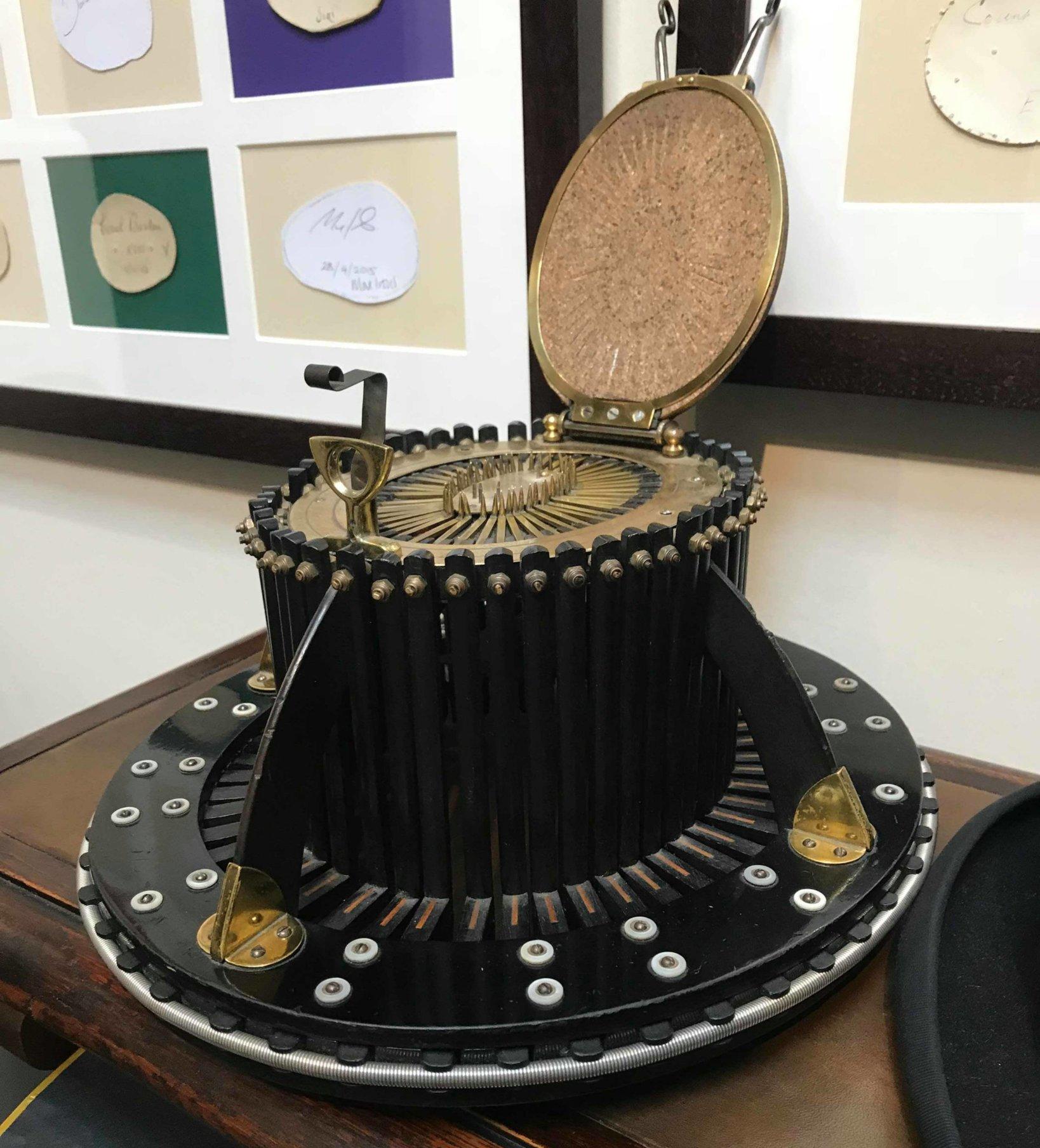 1852年にパリで発明され、顧客が被ると、頭の形を測定出来る。Lock & Co. では約100年前に製造されたものが今も現役で使われている。