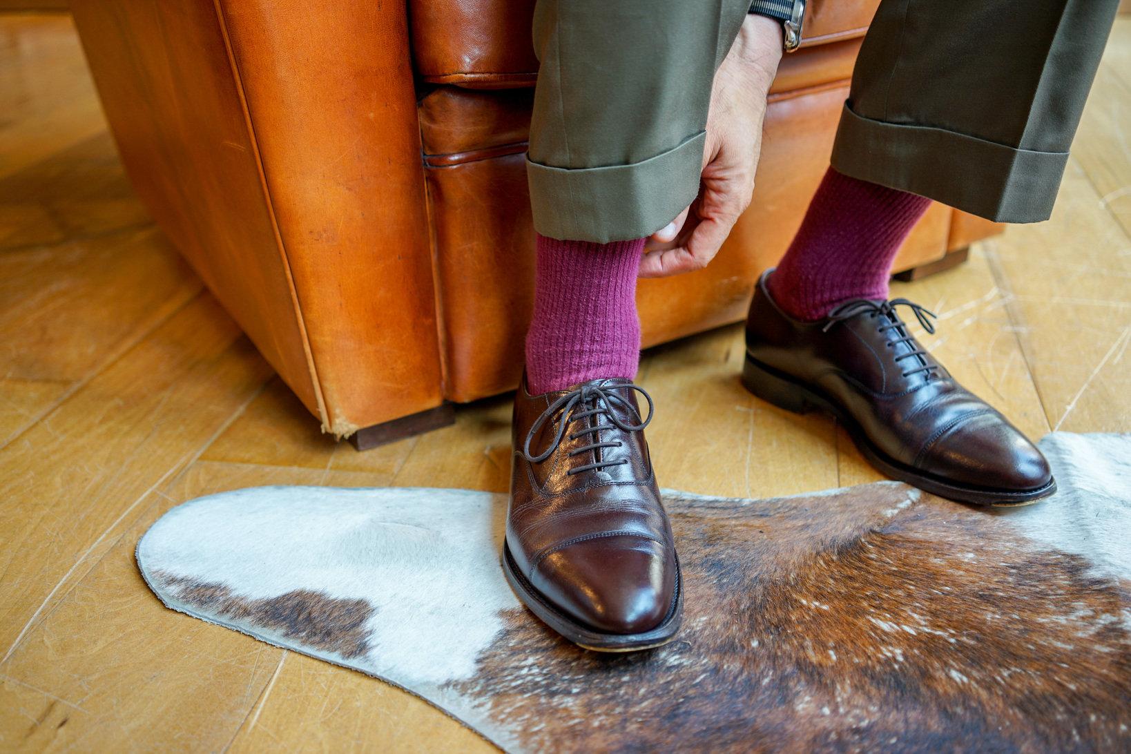 銀座の紳士靴店「ロイドフットウェア」がジョセフ チーニーに別注した紳士靴。木型はセミスクエアタイプのラスト89。「買ったときにはダークブラウンだったはずなんだけど、靴クリームを塗り比べたりと色々実験していたので履きジワの辺りが青白くなっています。自分の色になりました。これも味だろうと」(飯野さん)