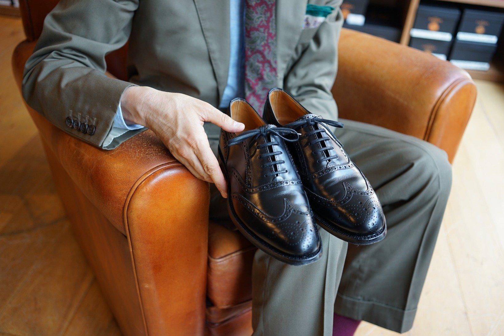 通常、内羽根式のイギリス靴はウェルトが前半分だけで、かかと部分は縫い目をつけず釘が打たれている。こちらのダブルネームの靴はウェルトがぐるりと一周しており、アメリカブランドが別注した靴だとわかる。