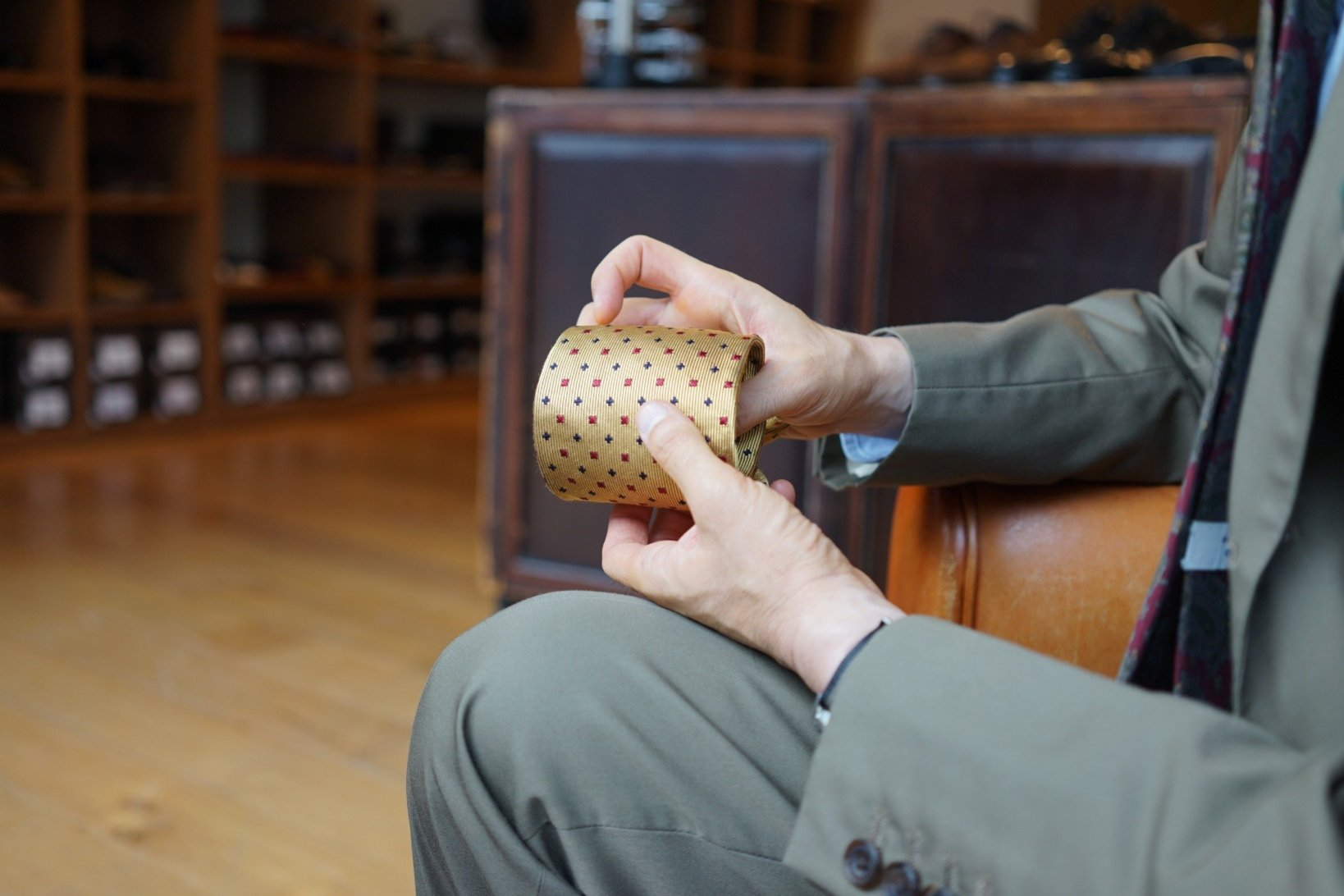 飯野さんが最初に購入した、ドレイクスのネクタイ。「ジャカード織で柄を出したタイはドレイクスが初めてだったんです。ドレイクスのタイは肉厚で、締め心地も抜群なのですごく愛用しました」(飯野さん)