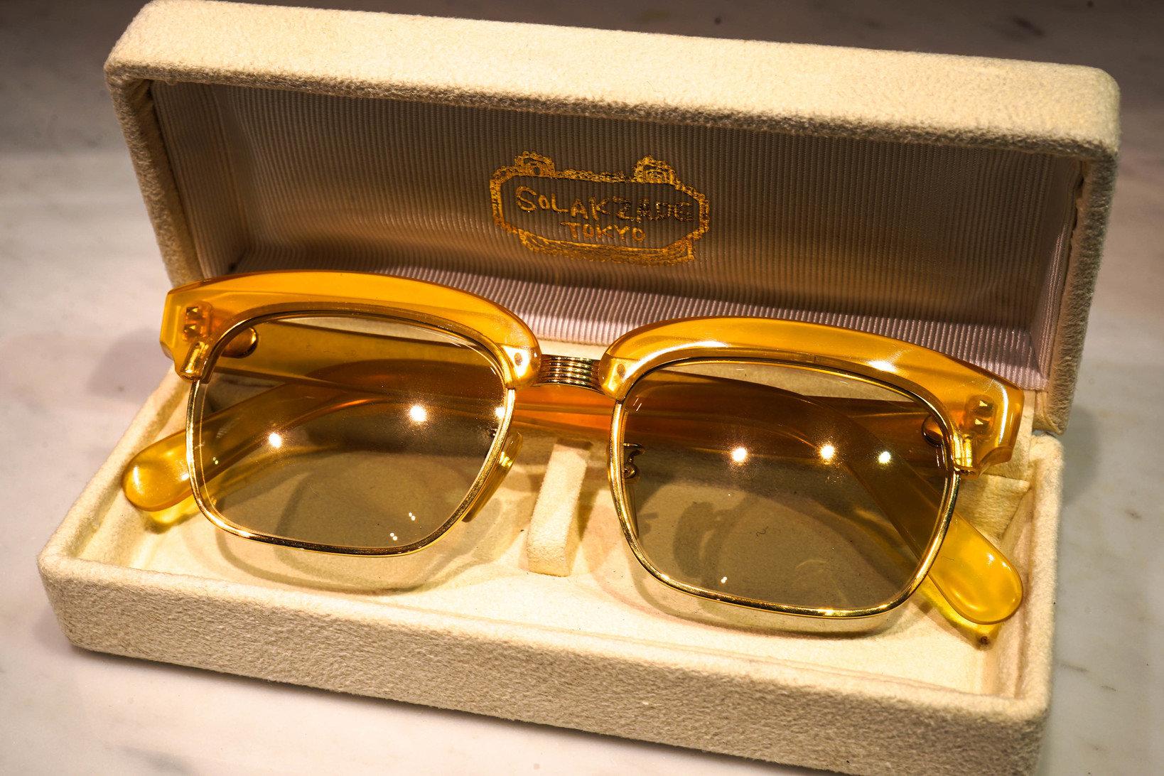 白鼈甲フレームのメガネ。提供:ソラックザーデ