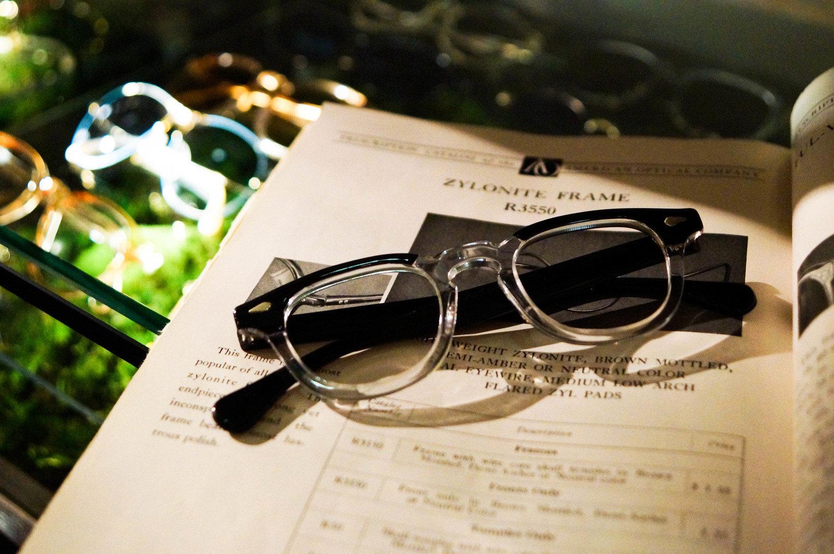 プラスチックフレームのメガネ。提供:ソラックザーデ