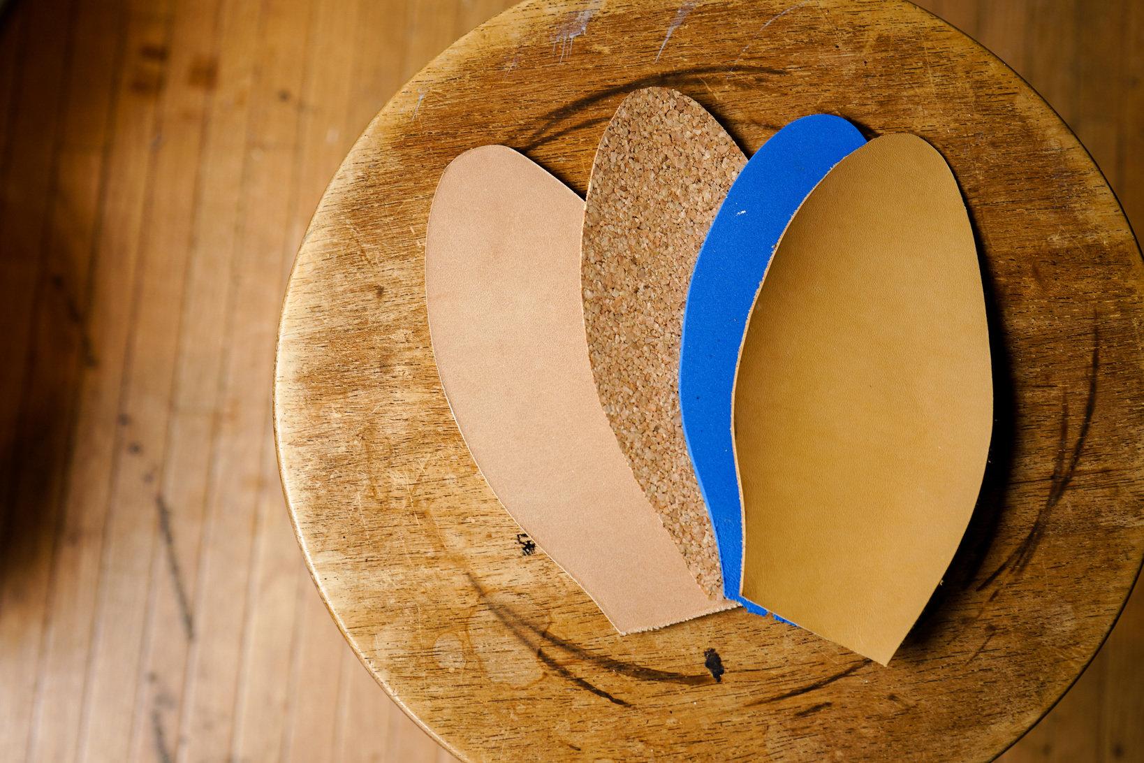 コルクとスポンジの違いは厚さと硬さ。コルクはコシがあるのに対し、スポンジは弾力性がある。