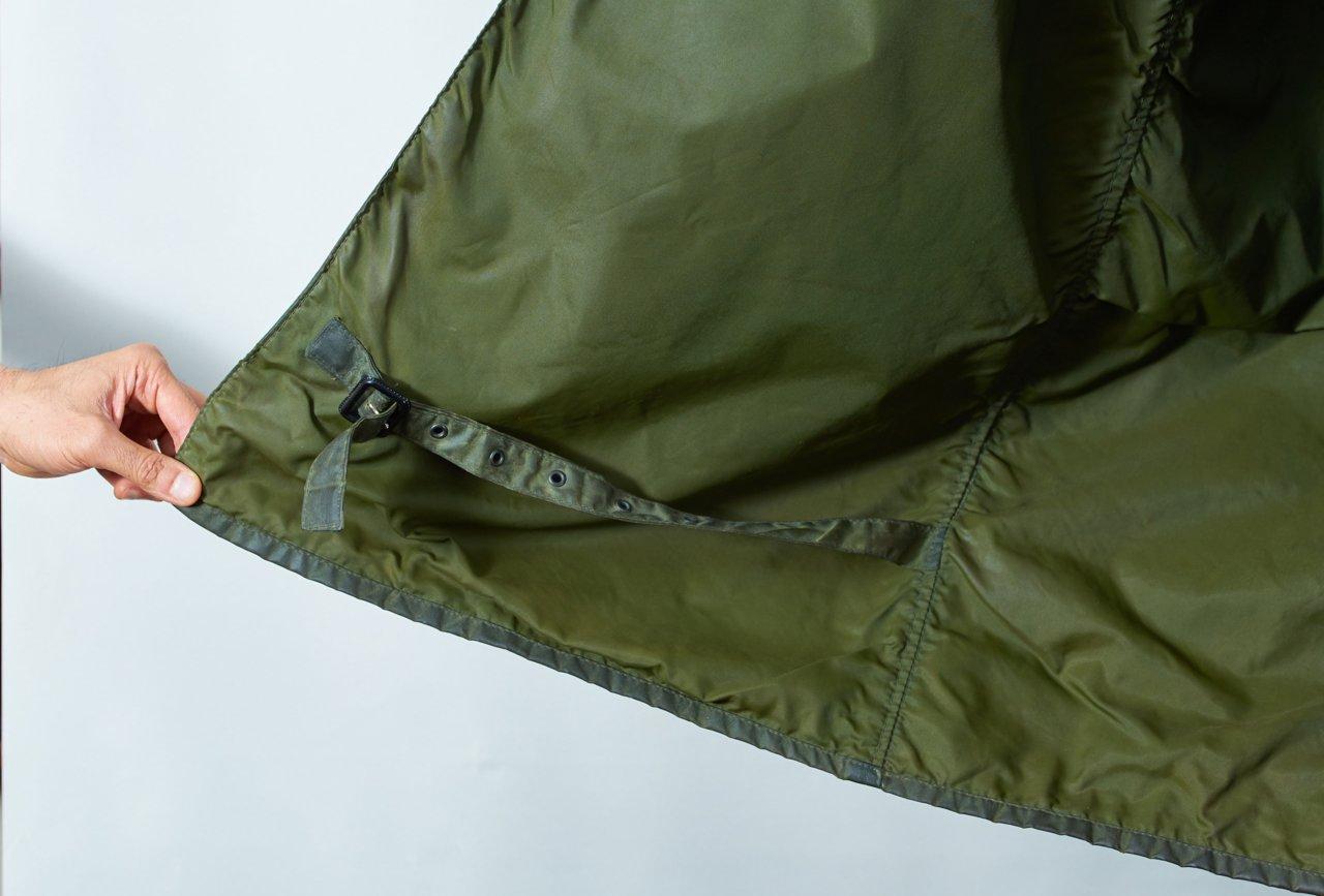 強風にさらされる為、裾がバタつかないように固定するレッグストラップが付いている