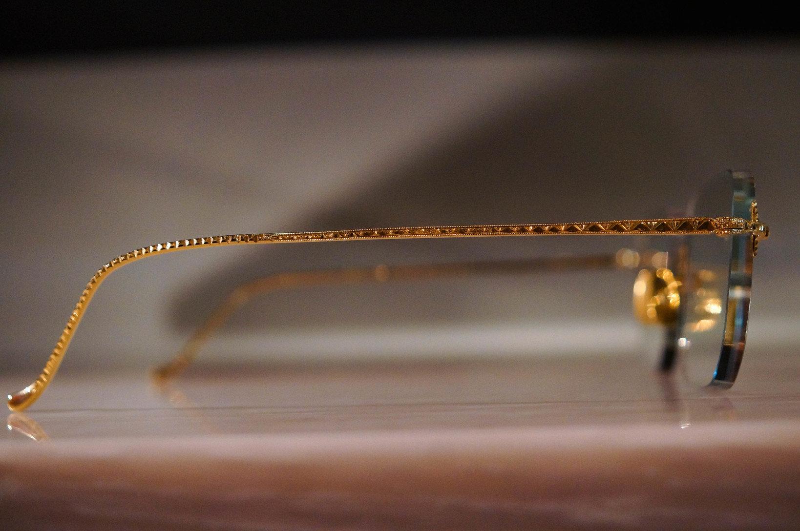 ソラックザーデのオリジナル商品。金無垢素材に手彫り加工を施している。