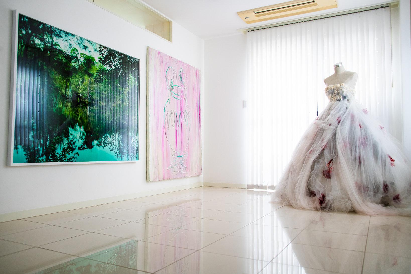 """メゾネットの1階部分は、同世代のアーティストの作品が飾ってある。壁だけでなく、床まですべて真っ白な空間は採光も抜群。左から<a href=""""http://yojiroimasaka.com"""">Yojiro Imasaka</a>、<a href=""""http://www.waitingroom.jp/japanese/artists/kawauchi_rikako/kawauchi_rikako.html"""">Rikako Kawauchi</a>、<a href=""""http://sho-konishi.com/"""">Sho Konishi</a>。"""