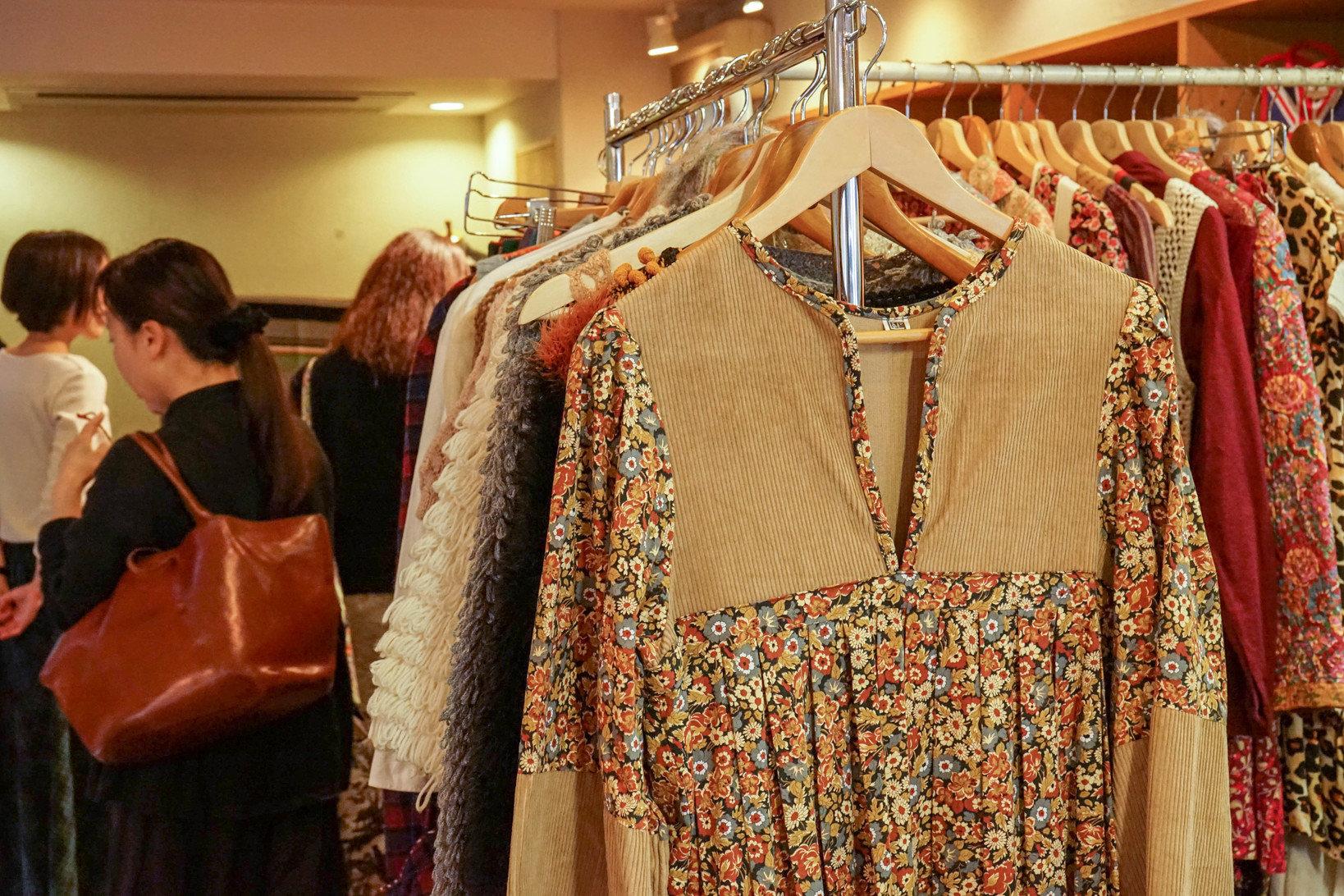 古いイギリスのヴィンテージ服のプリントには、イギリスらしさが詰まっている。ロンドンのLiberty社のプリントを使っているこちらのシャツは、ロマンティックな色柄が魅力的。「イギリスの方はアイコニックなものを好む気がします。流行りとかじゃなくて、『私はこの柄が好きだから着る』という選び方をするんです」