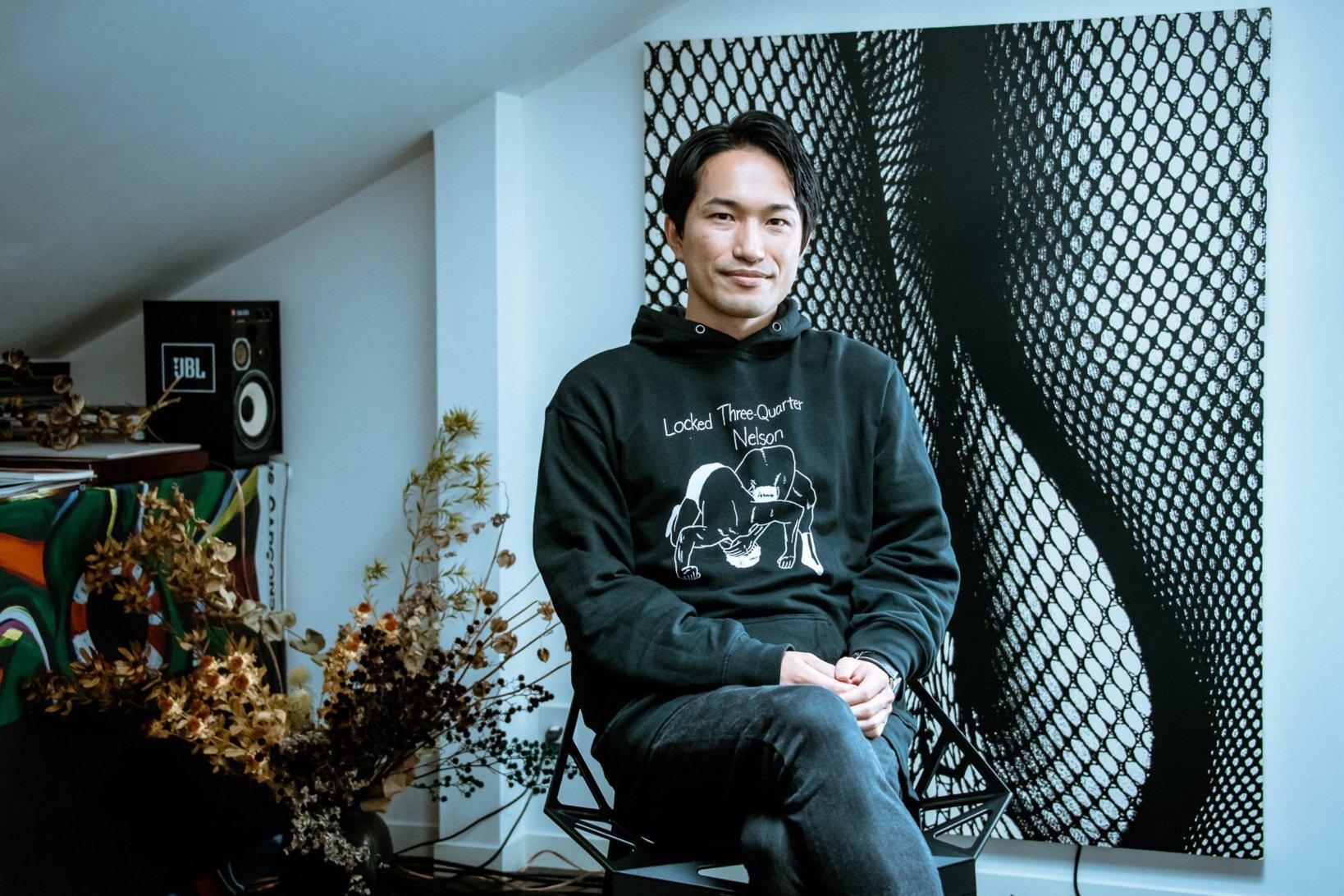 """背景の作品は<a href=""""https://www.moriyamadaido.com/"""">Daido Moriyama</a>。"""