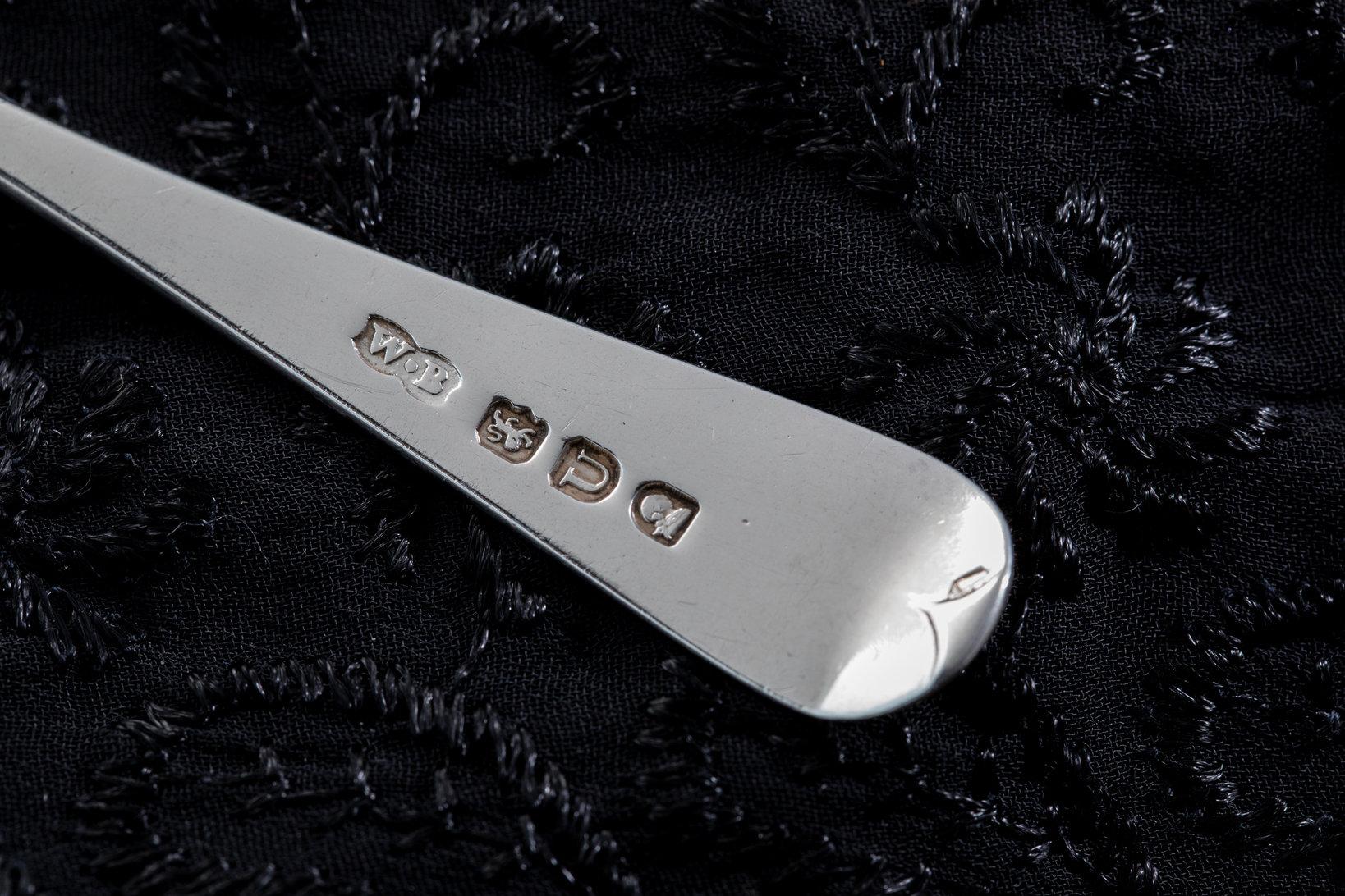 イギリスのシルバーカトラリーにはホールマークが刻印されている。これで製造年などがわかるのである。この「W・B」の刻印は有名な銀職人一族のウィリアム・ベイトンの工房製を表している。