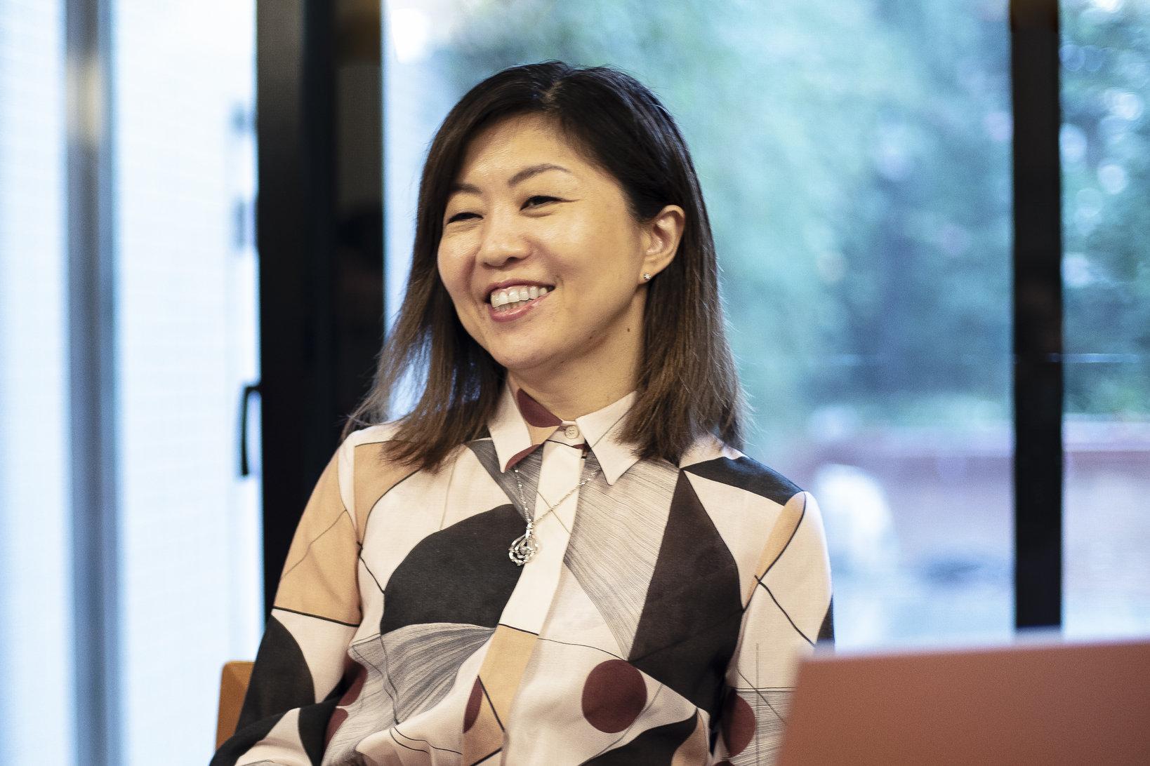 田口美和さん。ソーシャルワーカー、大学などで講師として勤務した後、2013年頃よりタグチ・アートコレクションの運営に従事。近年は精力的に国内外のアートフェア、展覧会、ギャラリーを訪問し、父が始めたコレクションの充実と公開に努めている。