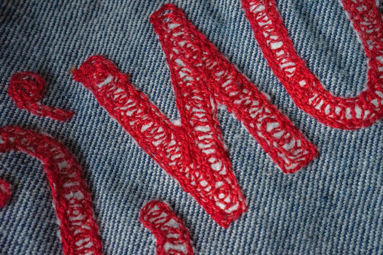 ループ状にぐるぐると縫われたステッチ