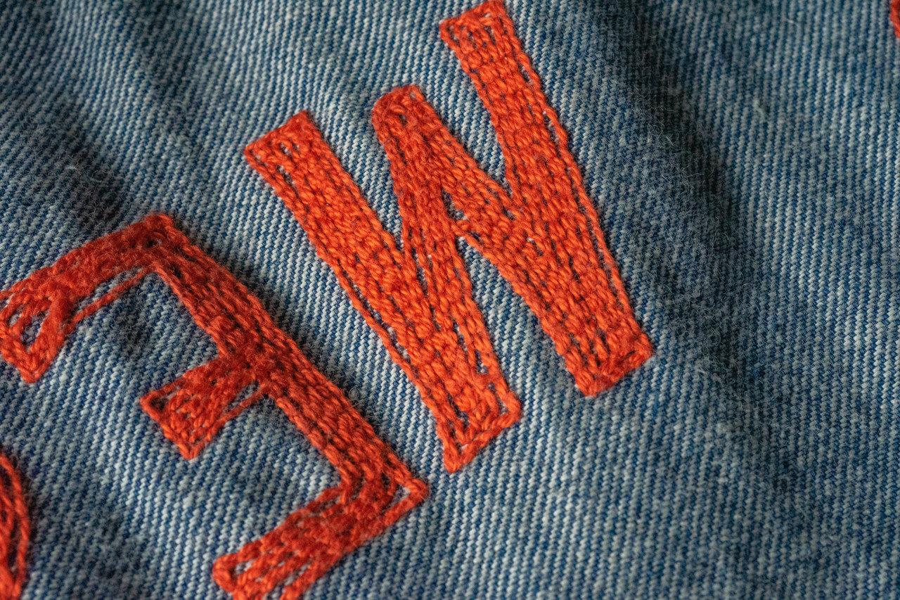 直線的にジグザグと縫われたステッチ