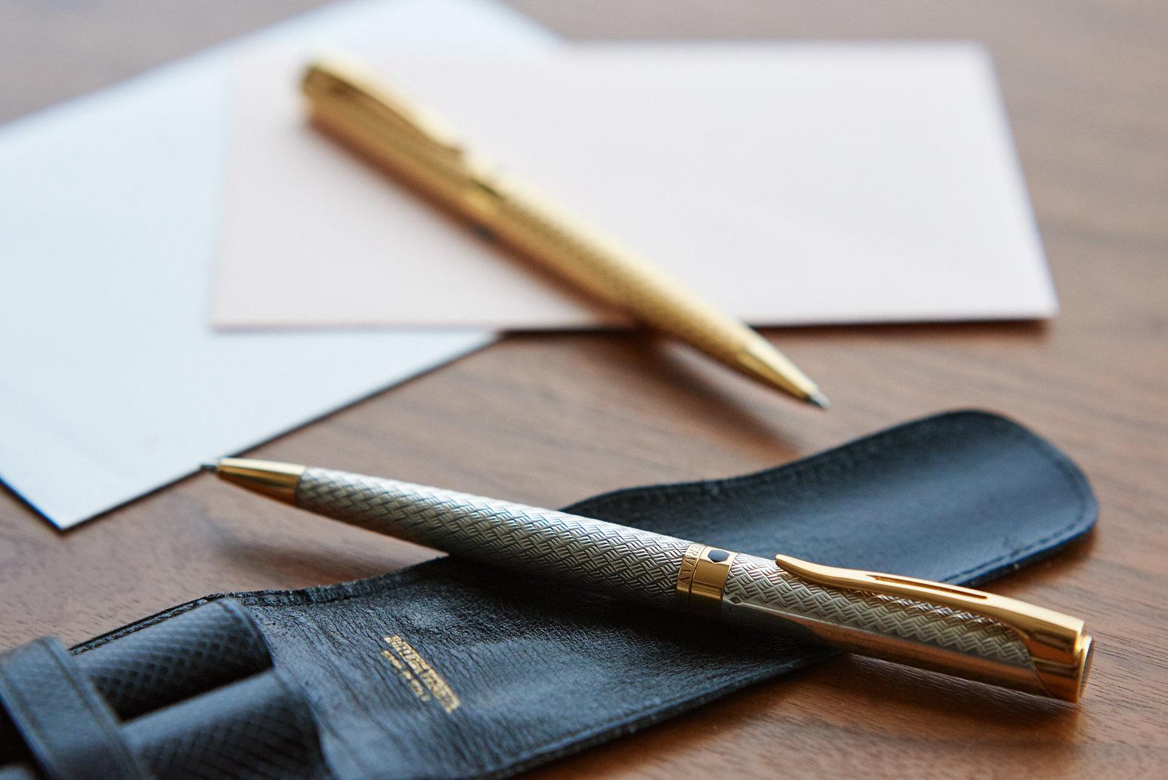 「レタロン」のスターリングシルバーとゴールドプレートのボールペン。御守りがわりに金と銀とペアで持ち歩くことが多い。1990年代半ばに購入。