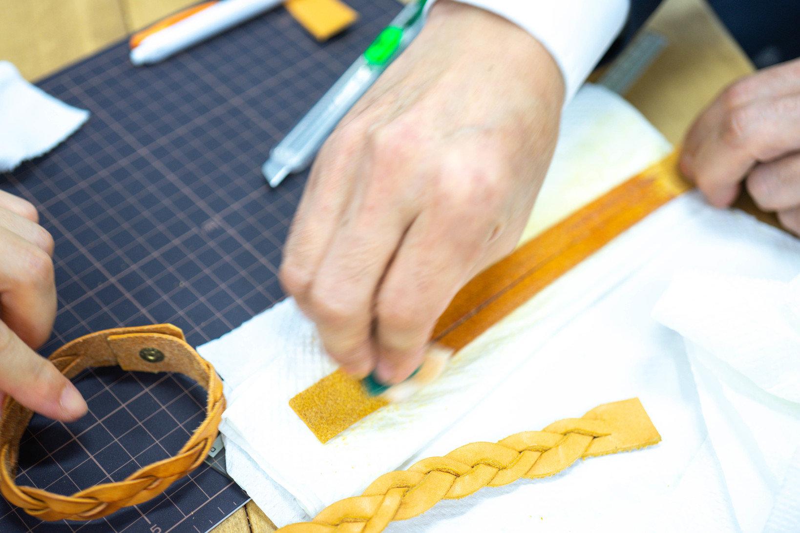 革素材を実際に加工してみるワークショップも開かれていました。