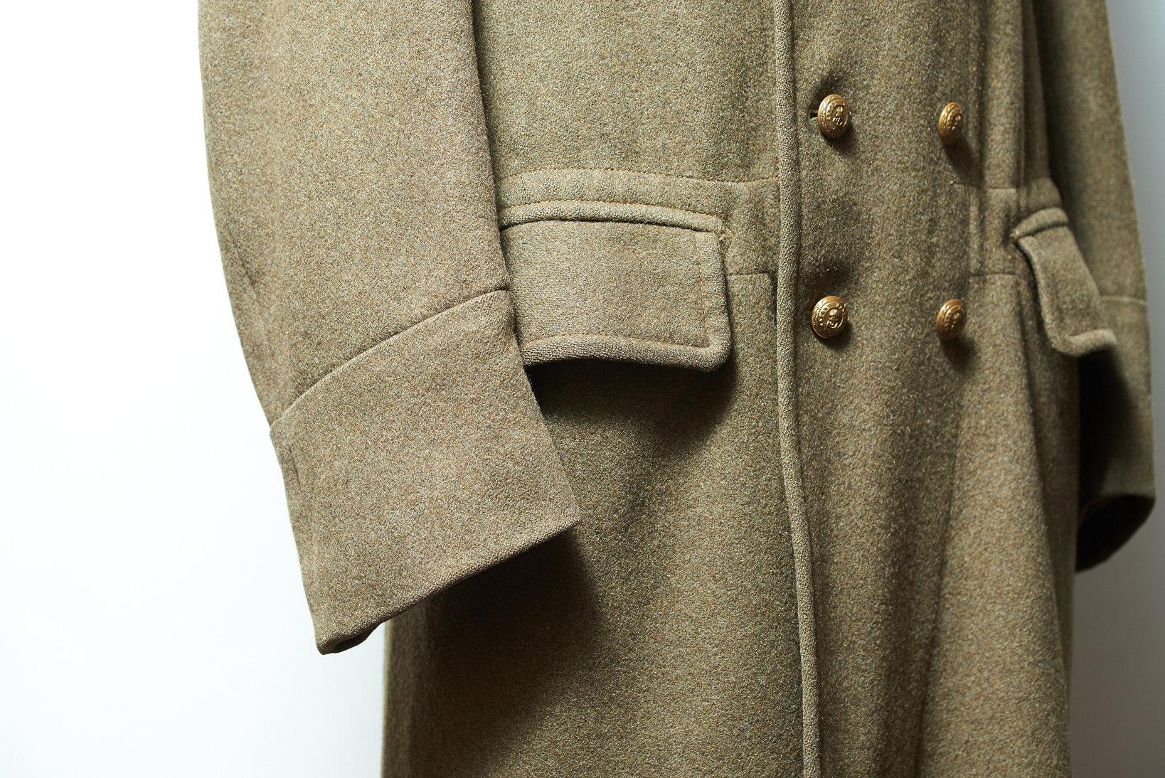 このコートの袖裾は切り返し仕様だが、防寒性を高めるべく折り返しの仕様を採用する場合も多い。