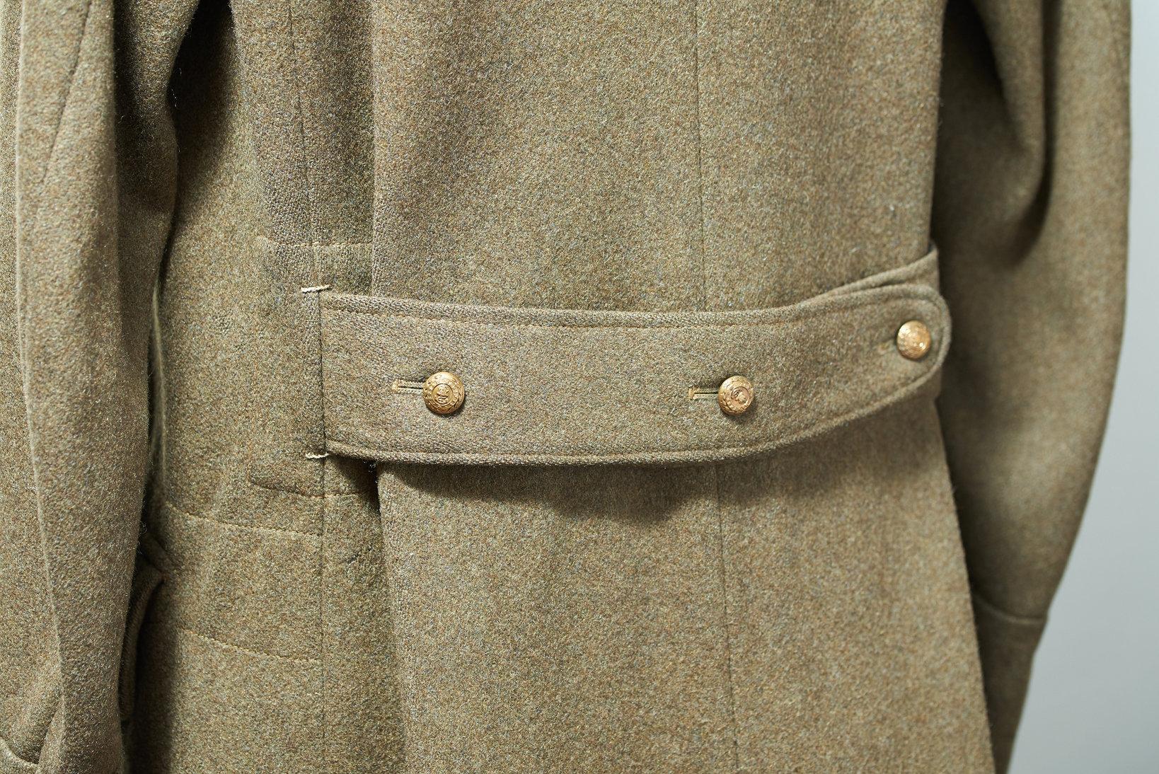 実はこのコートは、バックバンドの長さをコートの内側から微調整できる。「腰にフィットさせて重いコートを軽く着せる」 ことに神経を使っているの証だ。