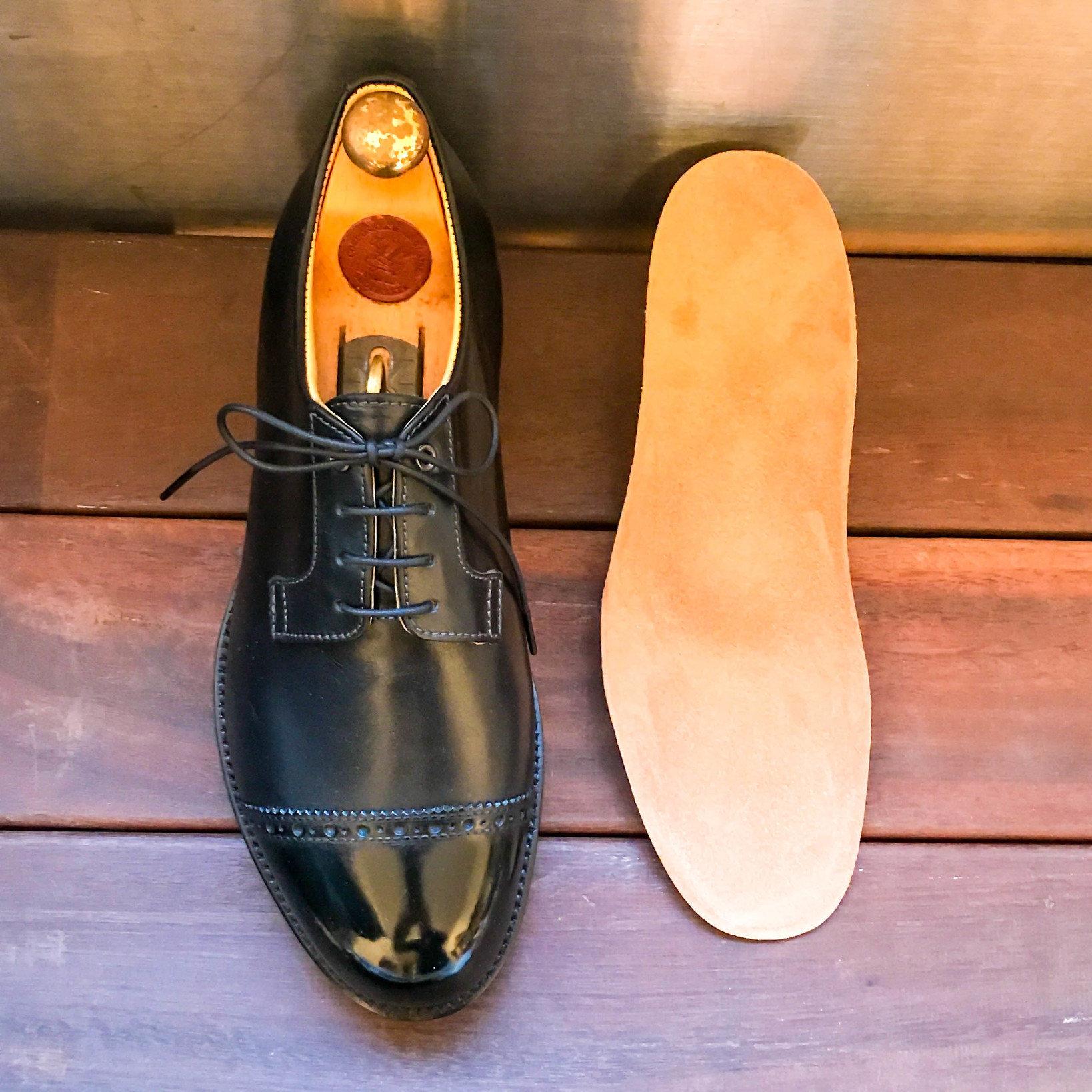 LIGHTBULB.のダービーシューズ。LIGHTBULB.の靴は、生体力学を元に設計を行い足に掛かる負担を軽減出来るインソールを使っています。