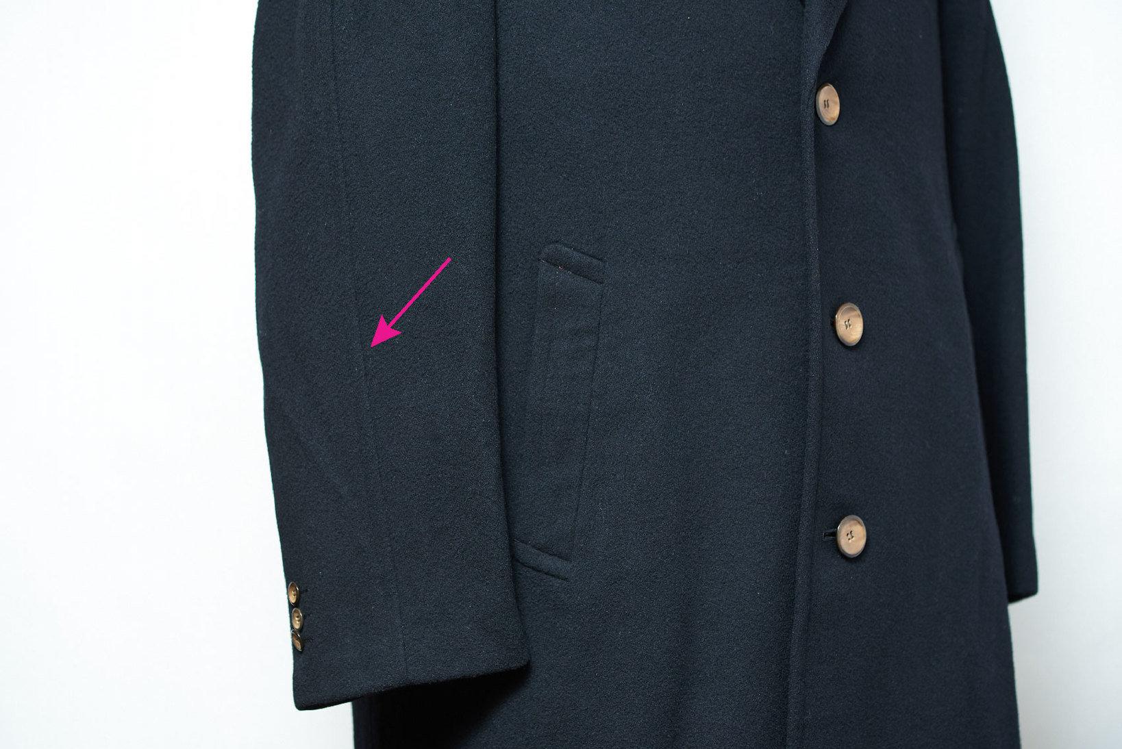 セミラグランスリーブには外袖の中心部に肩線の延長線が上下に貫通する。