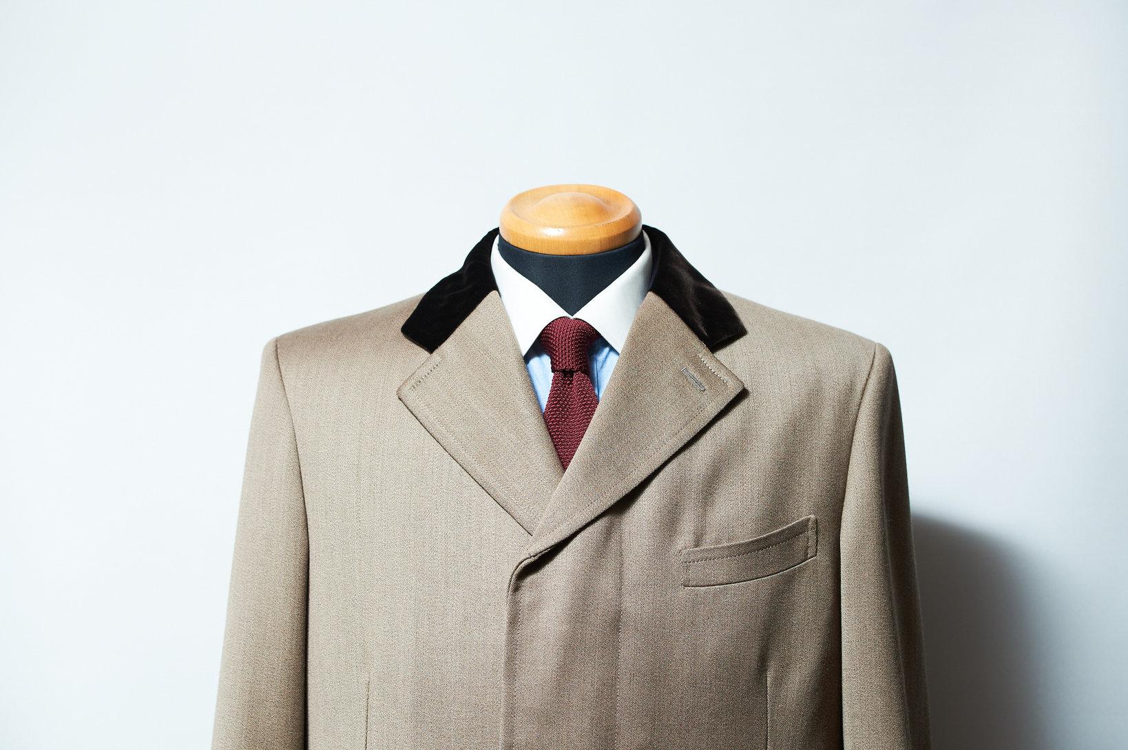 カバートコートの上襟にはベルベットを付けたものも多い。中にはカラフルなものも。